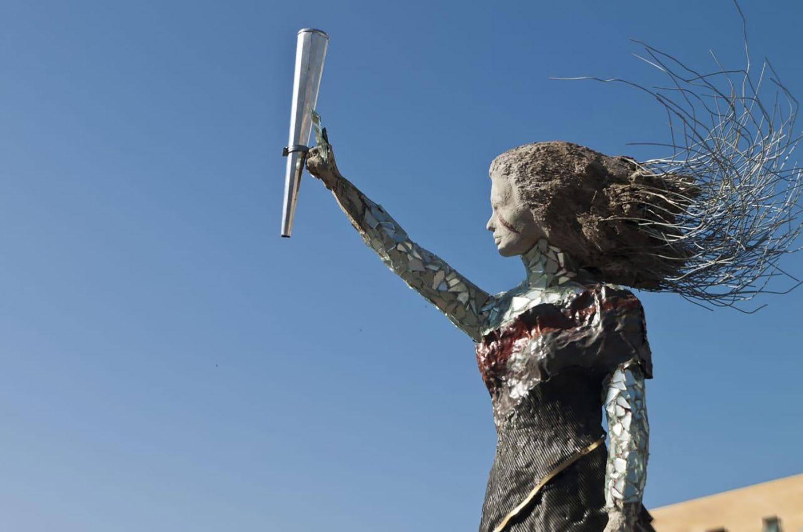 لبنانية تخلد مأساة انفجار بيروت بتمثال لسيدة مصنوعة من الزجاج والأنقاض