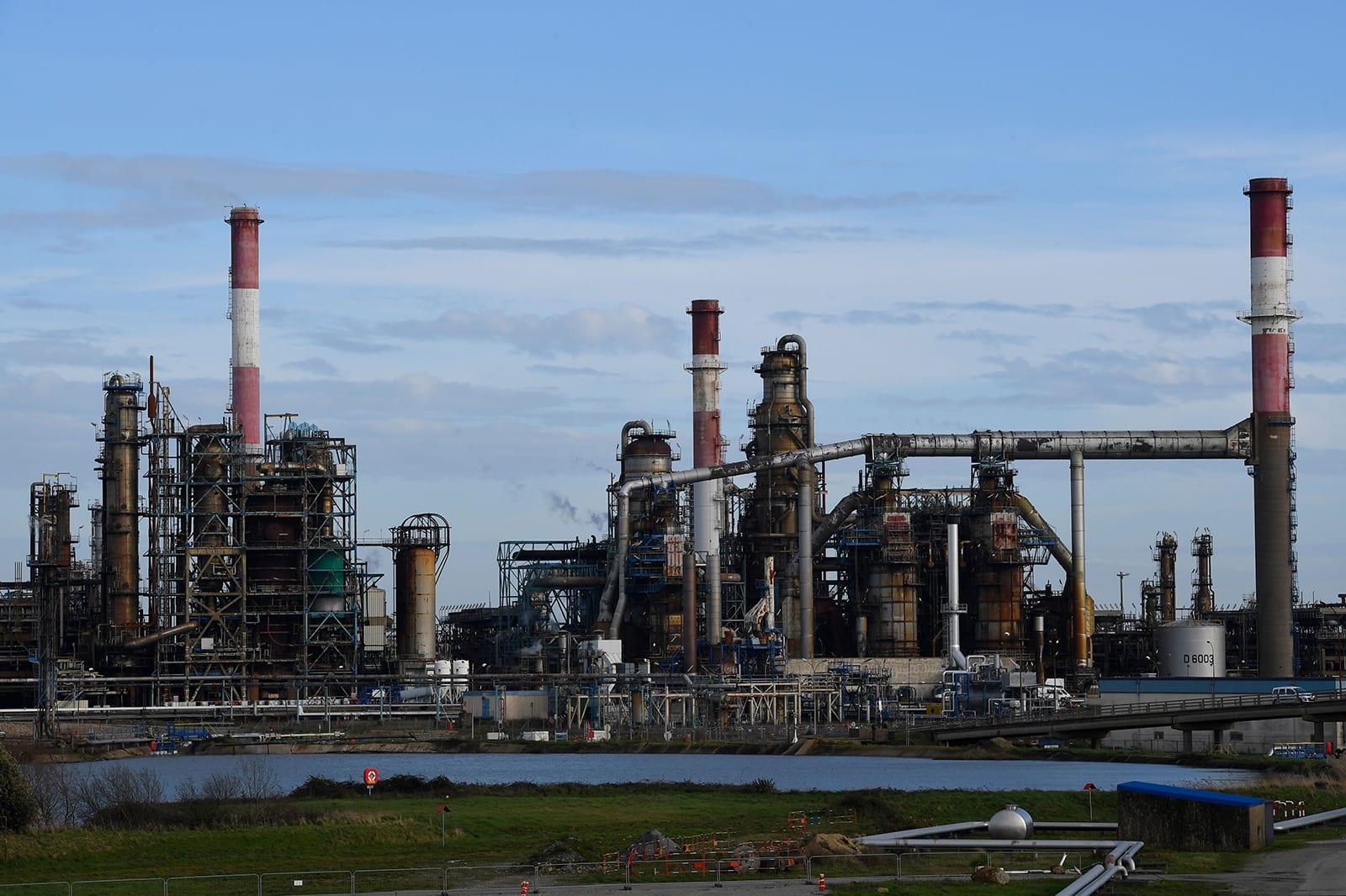 خوفاً من عمليات إغلاق واسعة مجدداً.. هبوط حاد في أسعار النفط