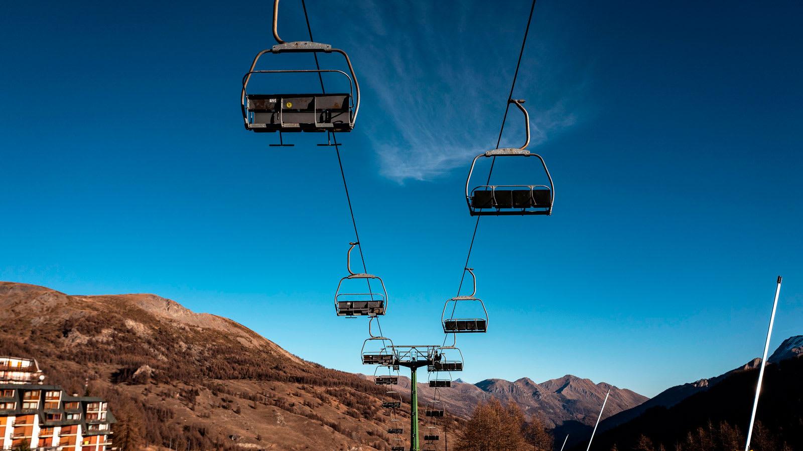 """منتجعات التزلج في أوروبا تشهد """"موسم من الجحيم"""" هذا الشتاء بسبب كورونا"""