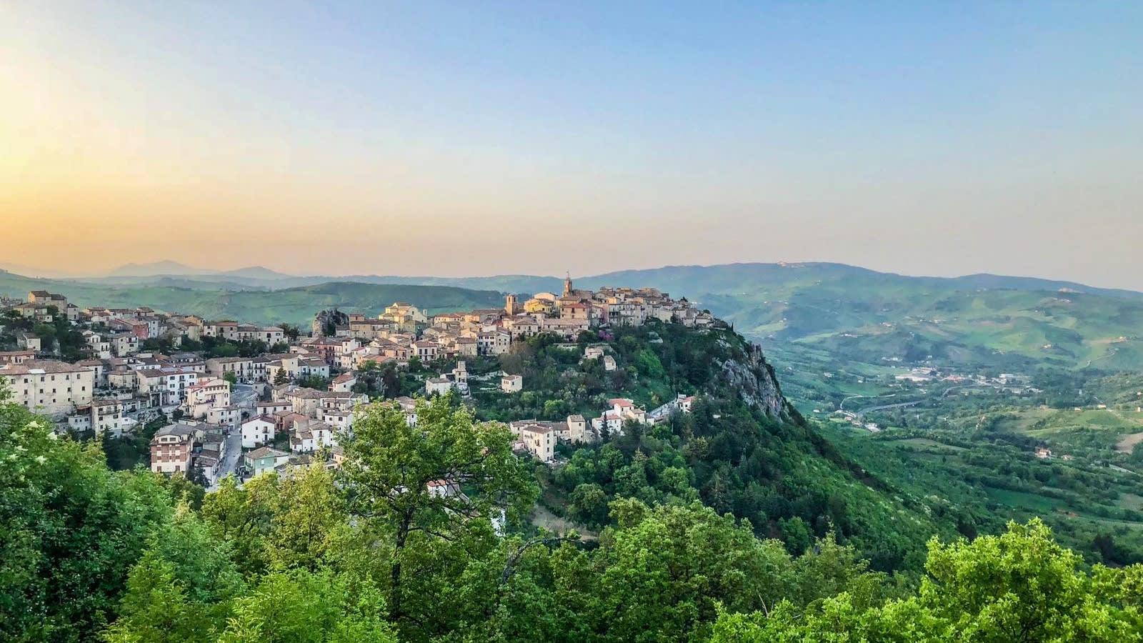حاضنة لغابات مسحورة قصص الأشباح.. إلىك أحدث قرية إيطالية تعرض منازلها للبيع مقابل دولار فقط