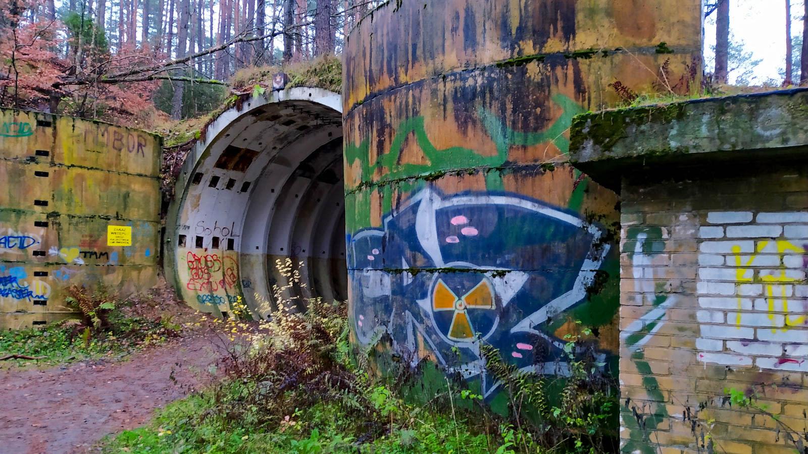 نظرة داخل قاعدة الصواريخ النووية السوفيتية المهجورة وسط غابة بولندية