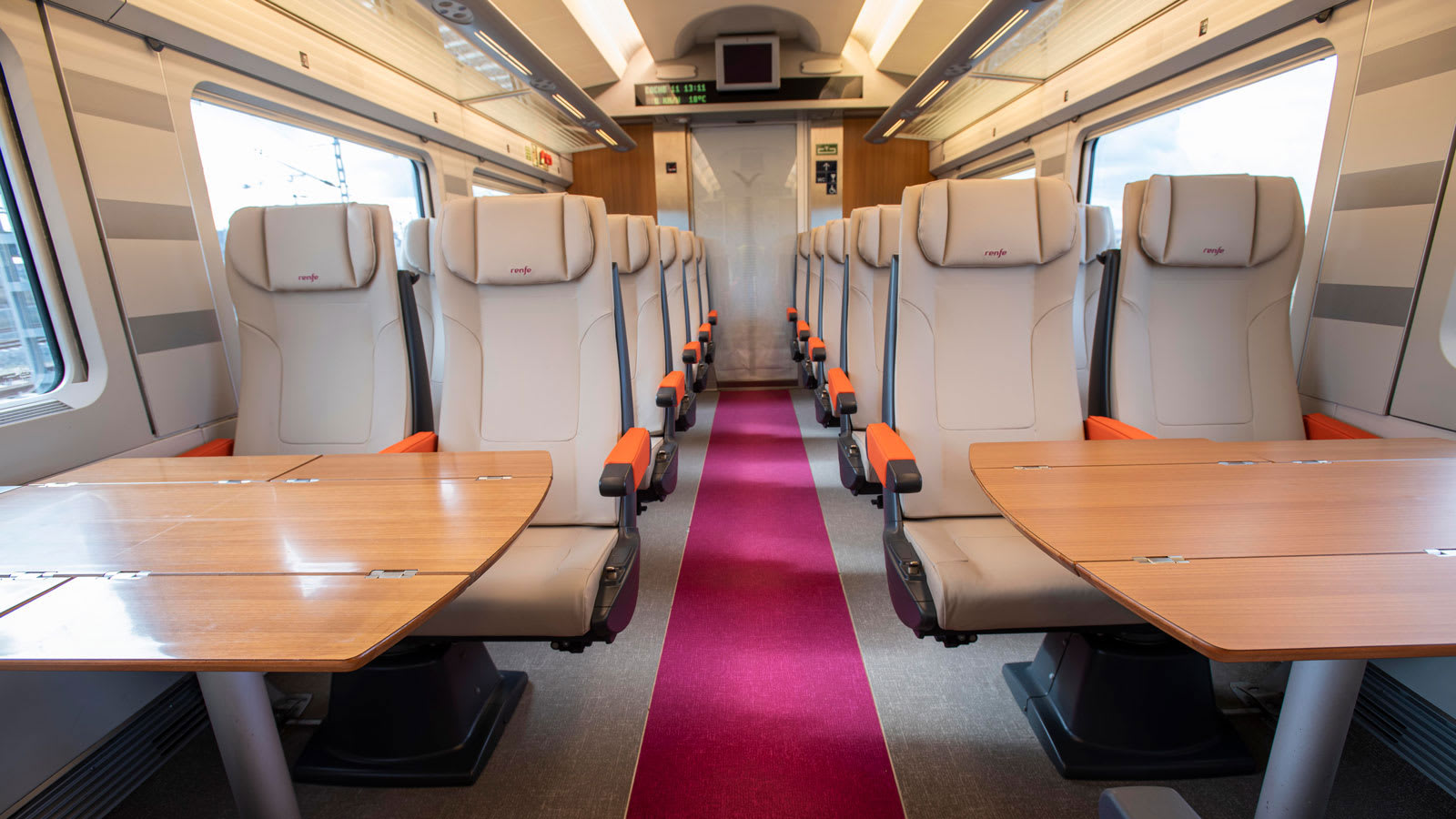 """أطلقت إسبانيا قطار """"طلقة"""" منخفض التكلفة بين مدريد وبرشلونة."""
