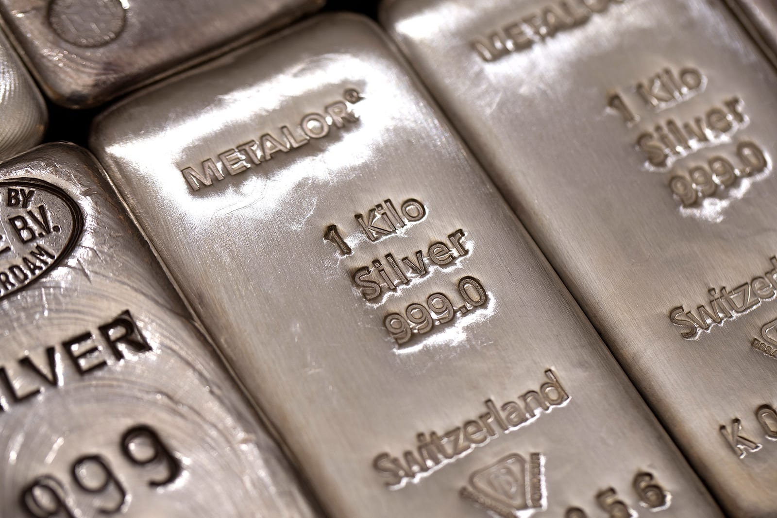 """جيش """"ريديت"""" يستهدف المعادن الثمينة.. والفضة ترتفع لأعلى مستوياتها منذ 5 أشهر"""