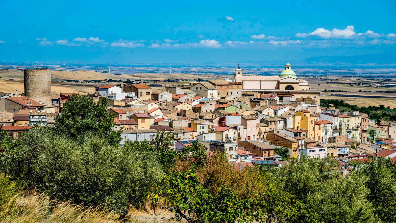 من هم الأشخاص الذين يسارعون لشراء منازل إيطالية رخيصة؟