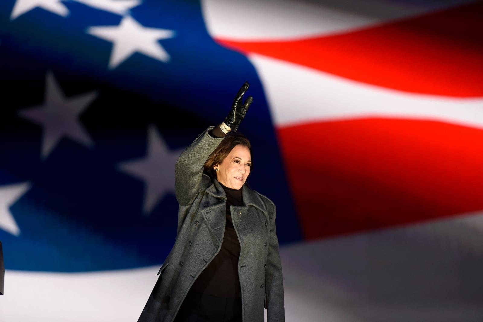 أقوى الشخصيات النسائية السياسية في أمريكا تختار أزياءه..ما سر هذا المصمم؟