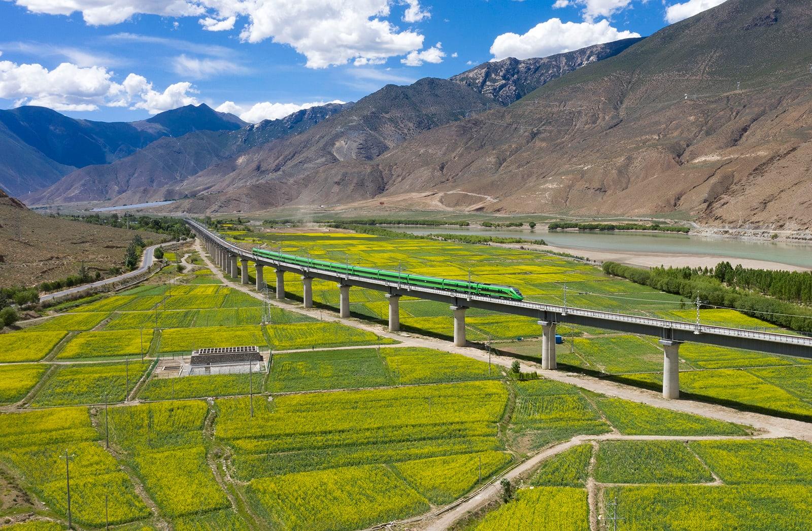 """لم يكن بناؤه في """"سقف العالم"""" سهلاً.. دخول أول خط قطار سريع في التبت الخدمة"""