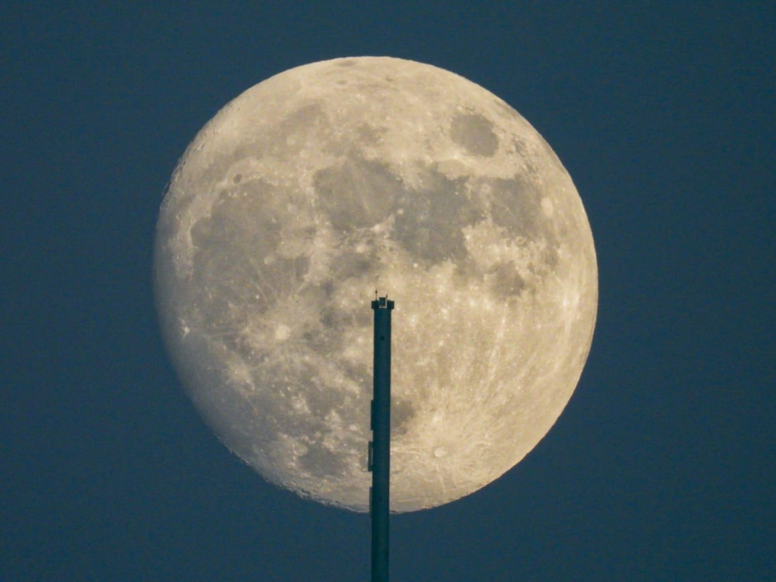 القمر يلامس قمة برج خليفة