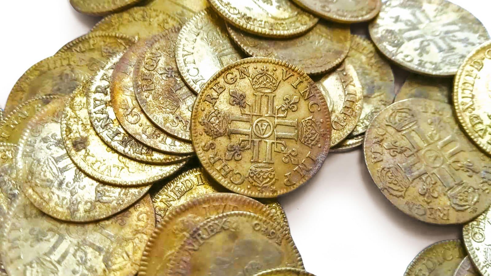 اكتشاف عمال بناء أكثر من مئتي قطعة نقدية ذهبية تفوق قيمتها 350 ألف دولار