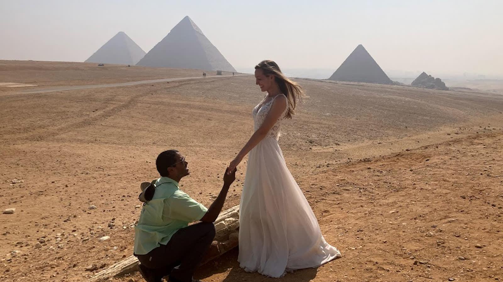 سافرت به إلى مصر والأردن والمغرب..أمريكية تجوب العالم بفستان زفافها