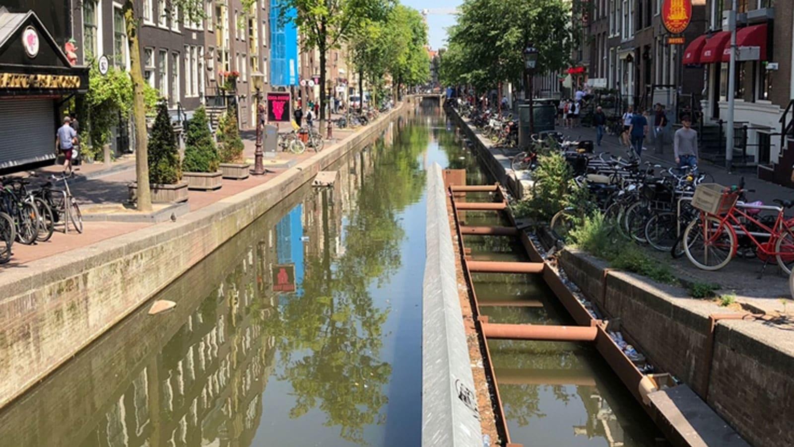 شاهد.. مراسل CNN على متن قارب موسيقي بنهر في أمستردام