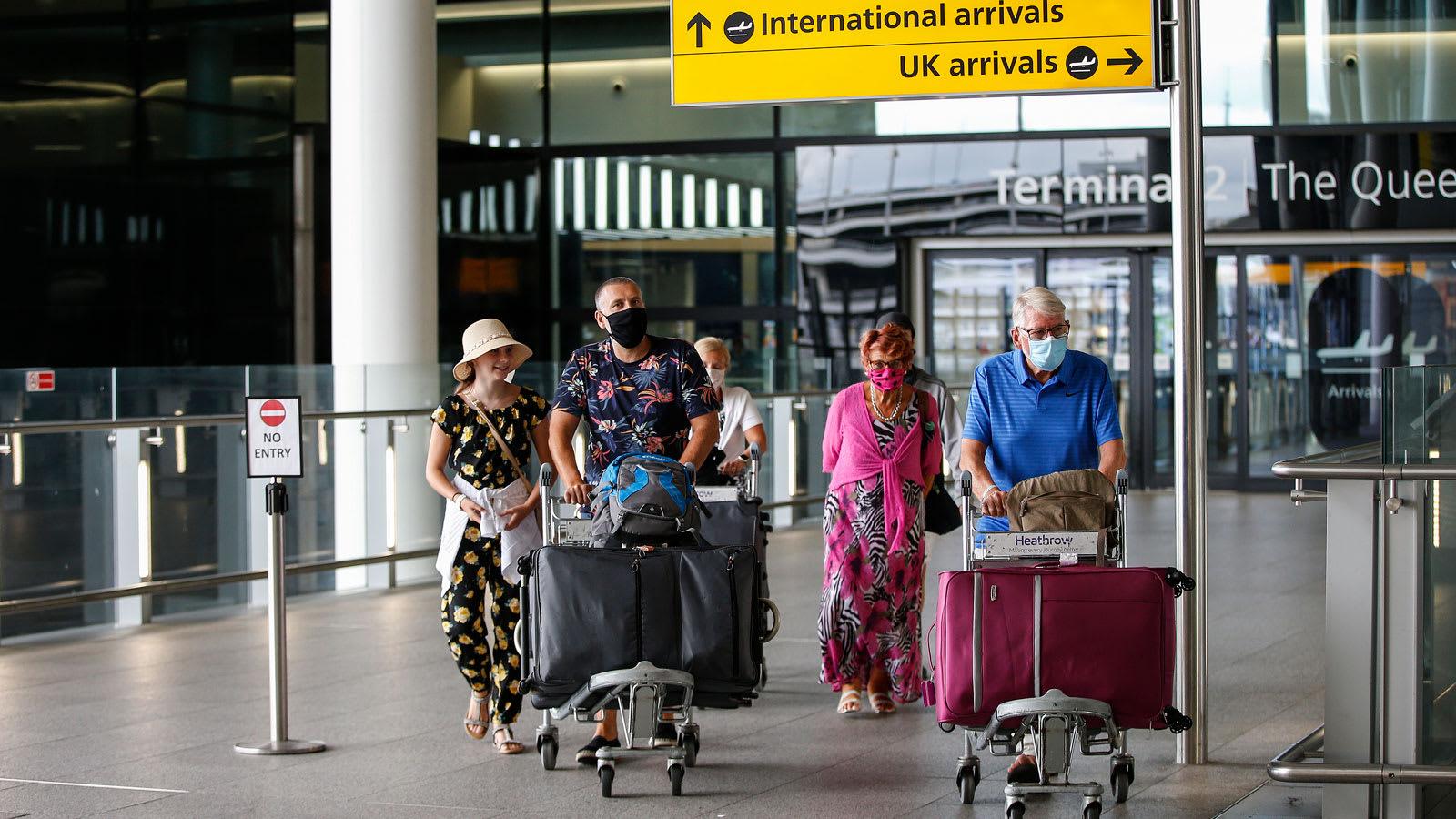 آلاف السائحين البريطانيين يهرعون عائدين لبلادهم خشية قيود الحجر الصحي الجديدة