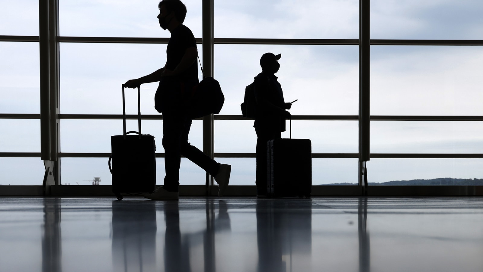 مع رفع قيود كورونا في العديد من الأماكن.. إليك كيف يمكنك السفر بأمان مع أطفالك غير الملقحين