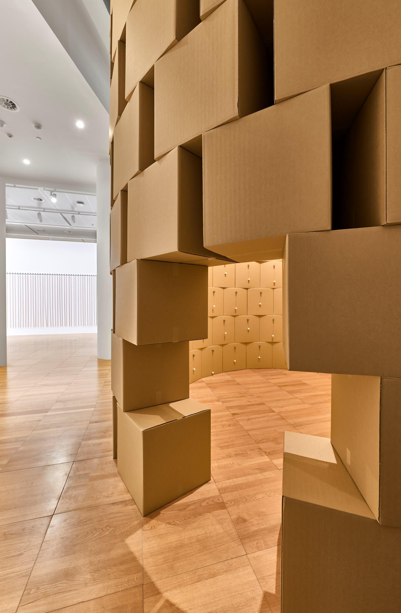 معرض فني بأبوظبي يحتضن أصوات صاخبة لهذه الأعمال الفنية الضخمة