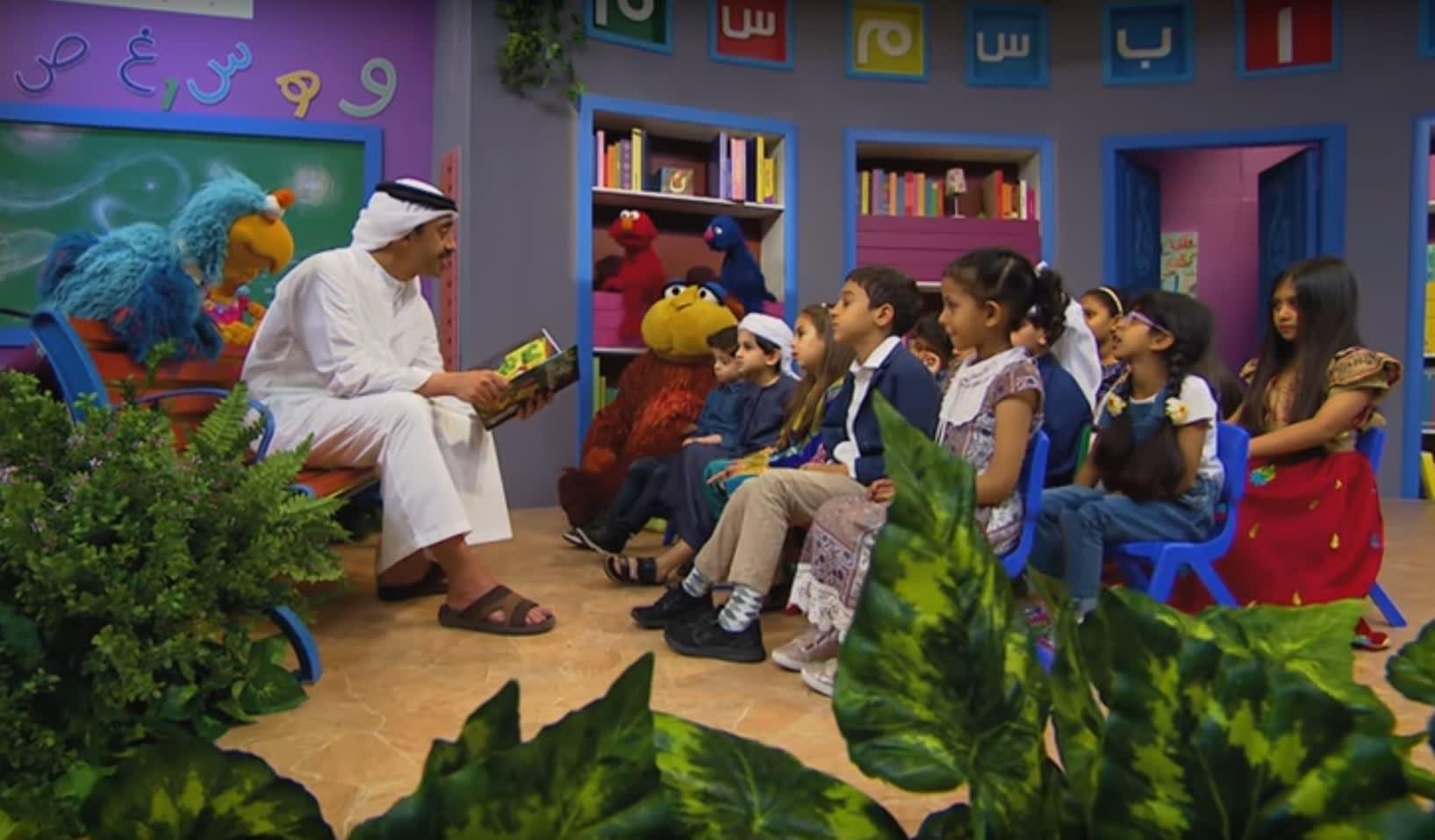 شاهد.. وزير خارجية الإمارات عبدالله بن زايد يقرأ قصة للصغار