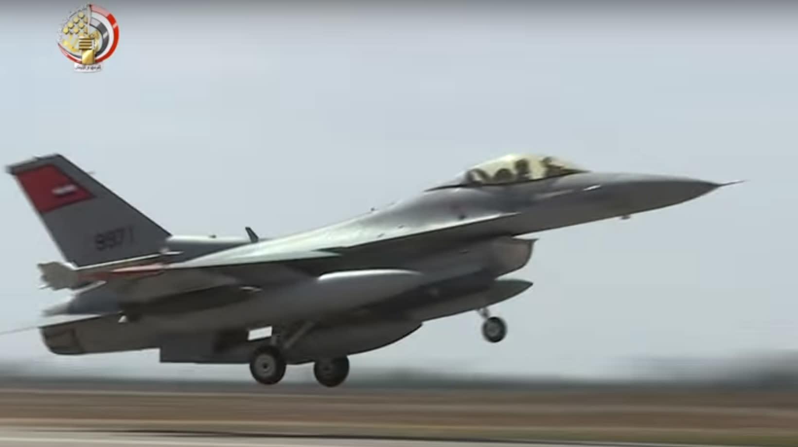 الجيش المصري: إحباط محاولة اختراق سيارات محملة بأسلحة للحدود الغربية