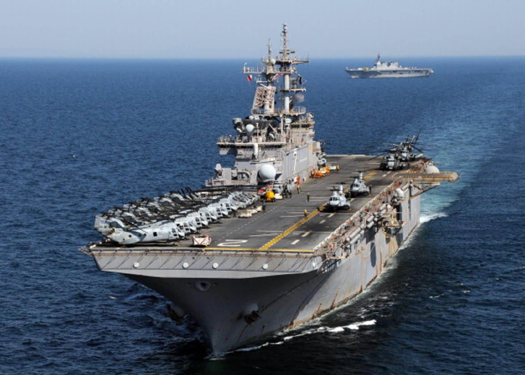 اقتراب زورقين إيرانيين من سفينة أمريكية على متنها قائد عام