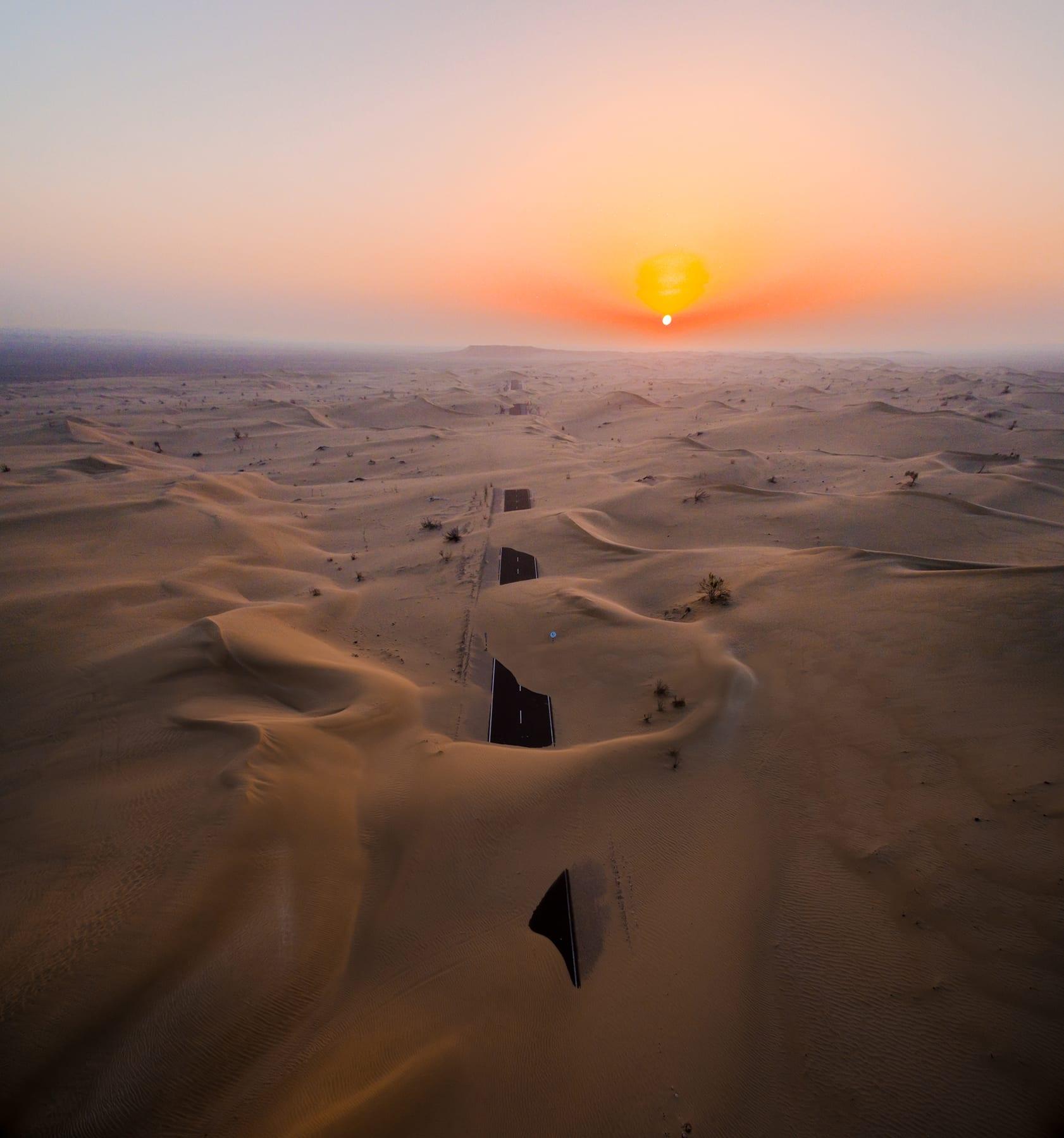 طريق مهجور بصحراء أبوظبي