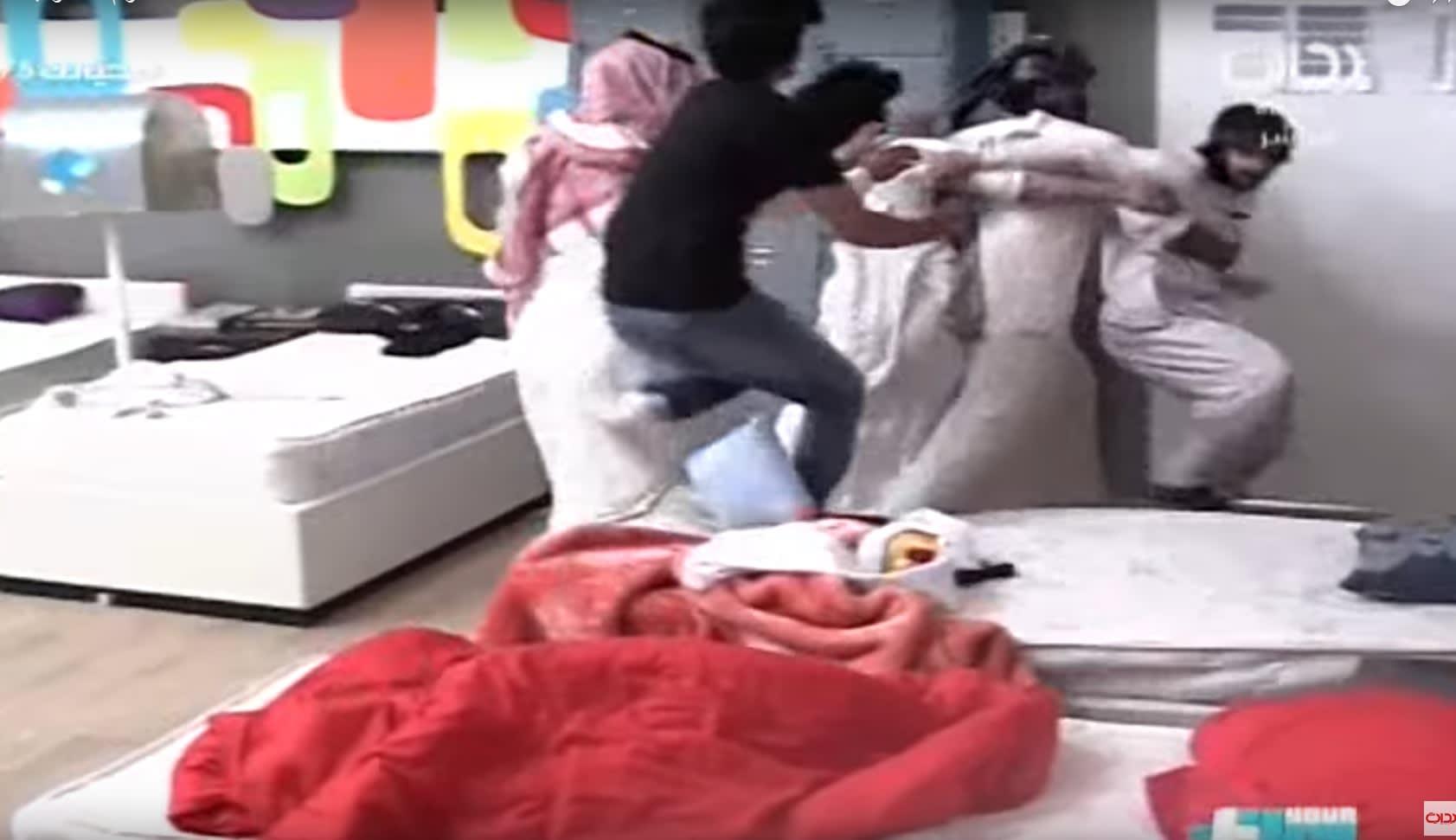 بالفيديو.. جدل بعد ظهور توأم يتضاربان على الهواء مباشرة بقناة بداية السعودية