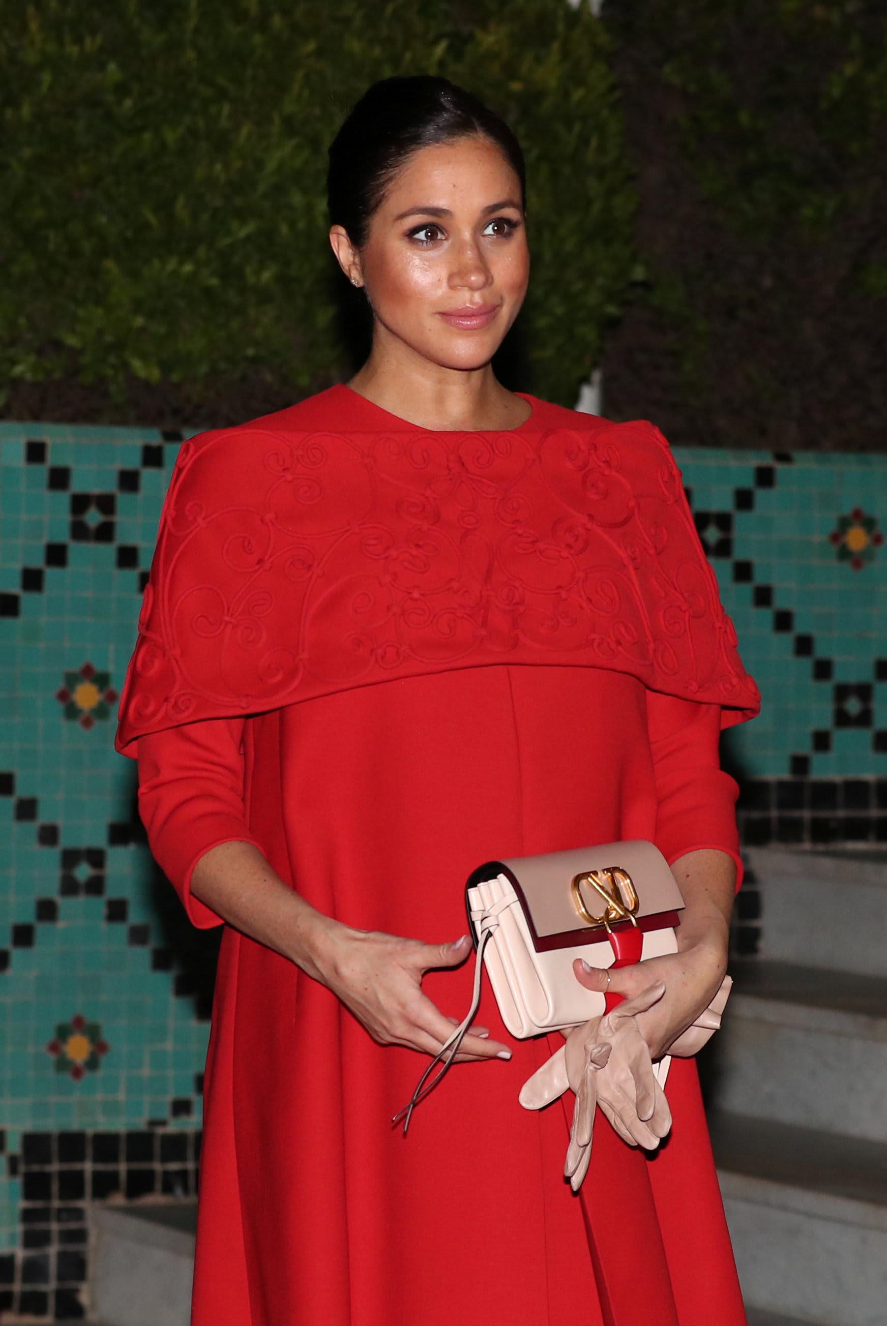 ميغان ميركل تتألق في المغرب بفستان أحمر.. من مصممه؟