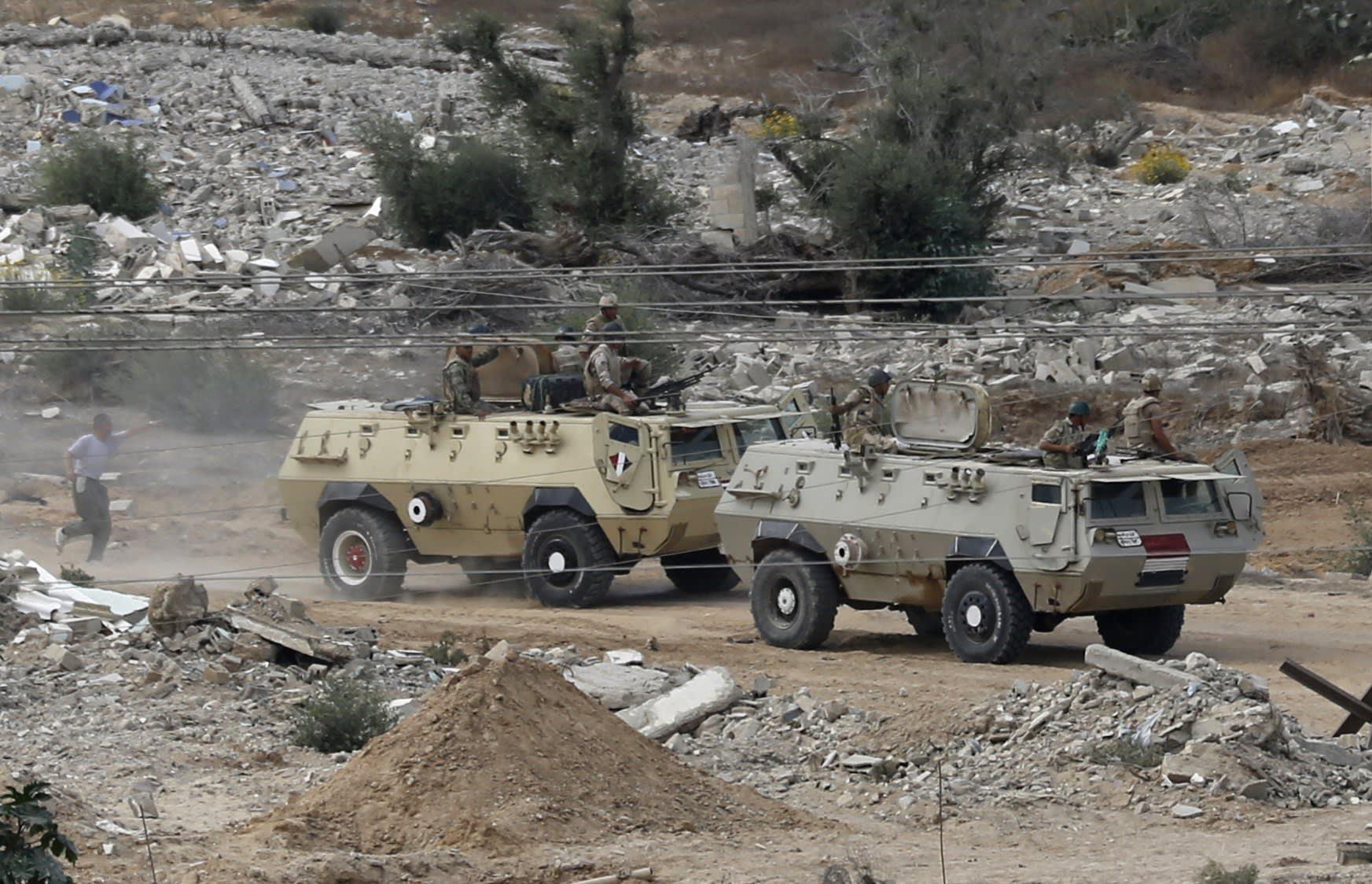 تحليق مكثف لمروحيات أباتشي مصرية بسيناء بعد هجمات أدت لمقتل 5 جنود صباح الخميس