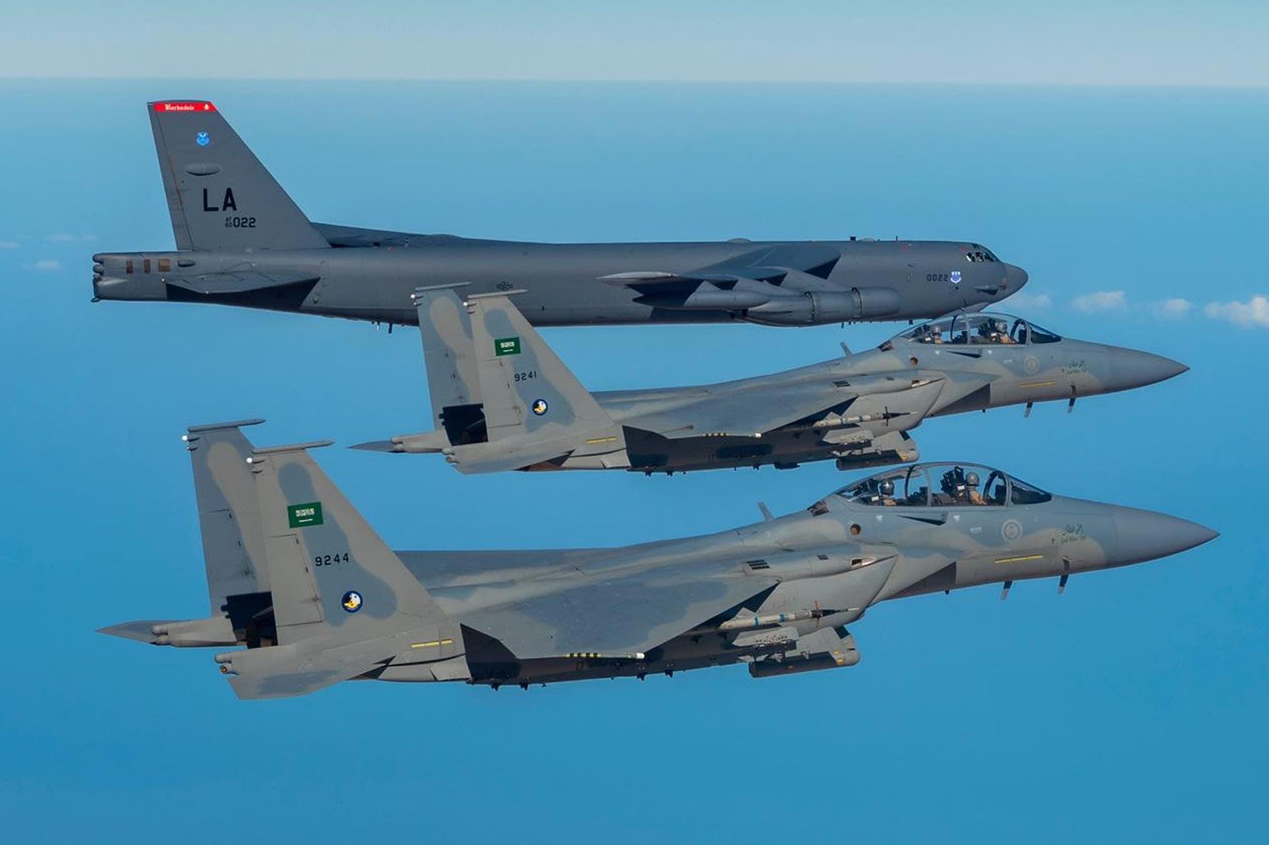 لحظة تحليق مقاتلات سعودية رفقة قاذفات أمريكية لدى عبور أجواء المملكة (فيديو)
