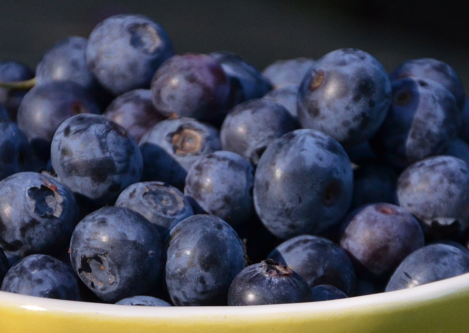 دراسة: الفلافانول الموجود في الشاي والتوت والتفاح قد يقلل من ضغط الدم