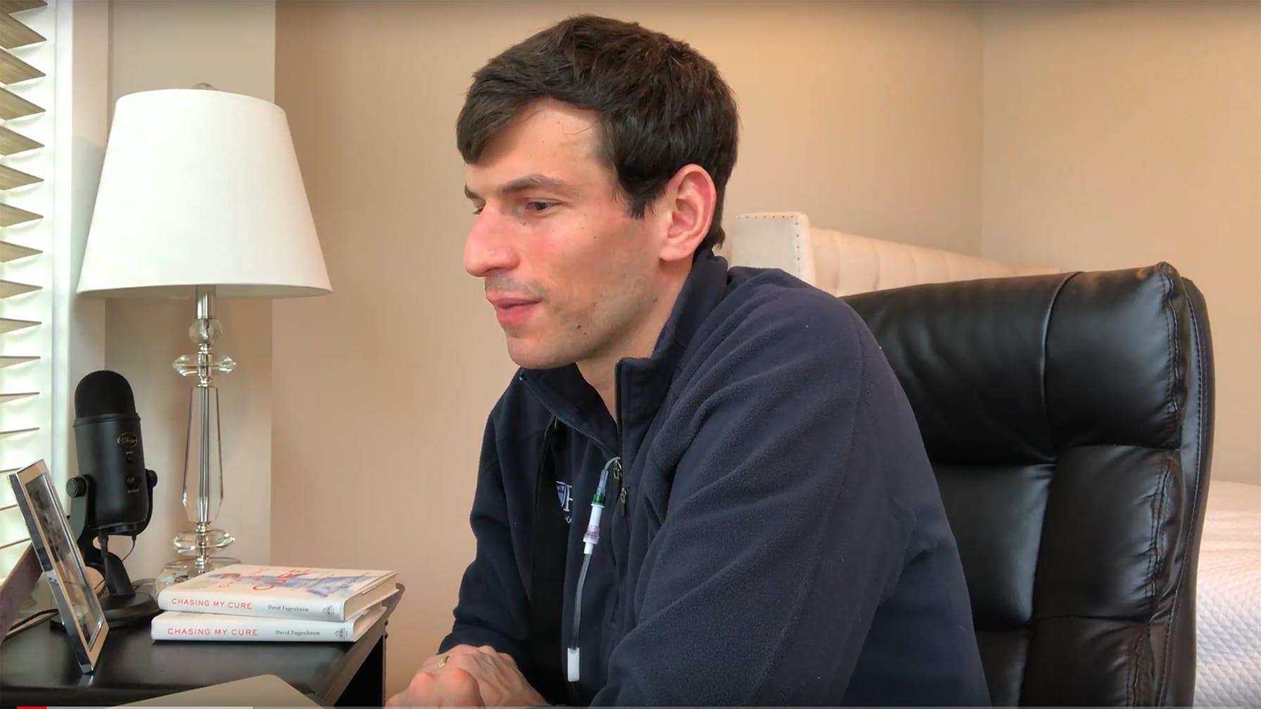 بعد إنقاذ حياته بدواء معاد استخدامه.. رجل يراجع كل دواء استخدم لمكافحة فيروس كورونا