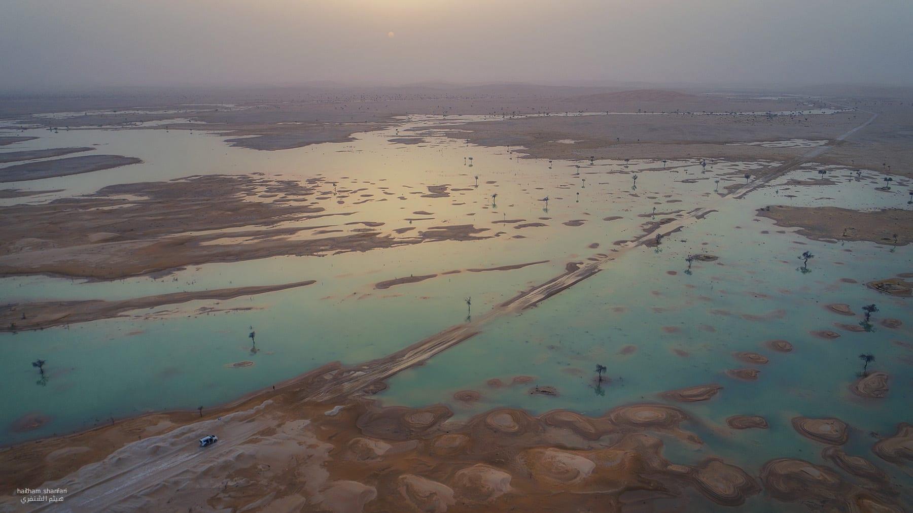 """صور تعكس """"اللوحة الفنية"""" لبحيرات في صحراء الربع الخالي"""