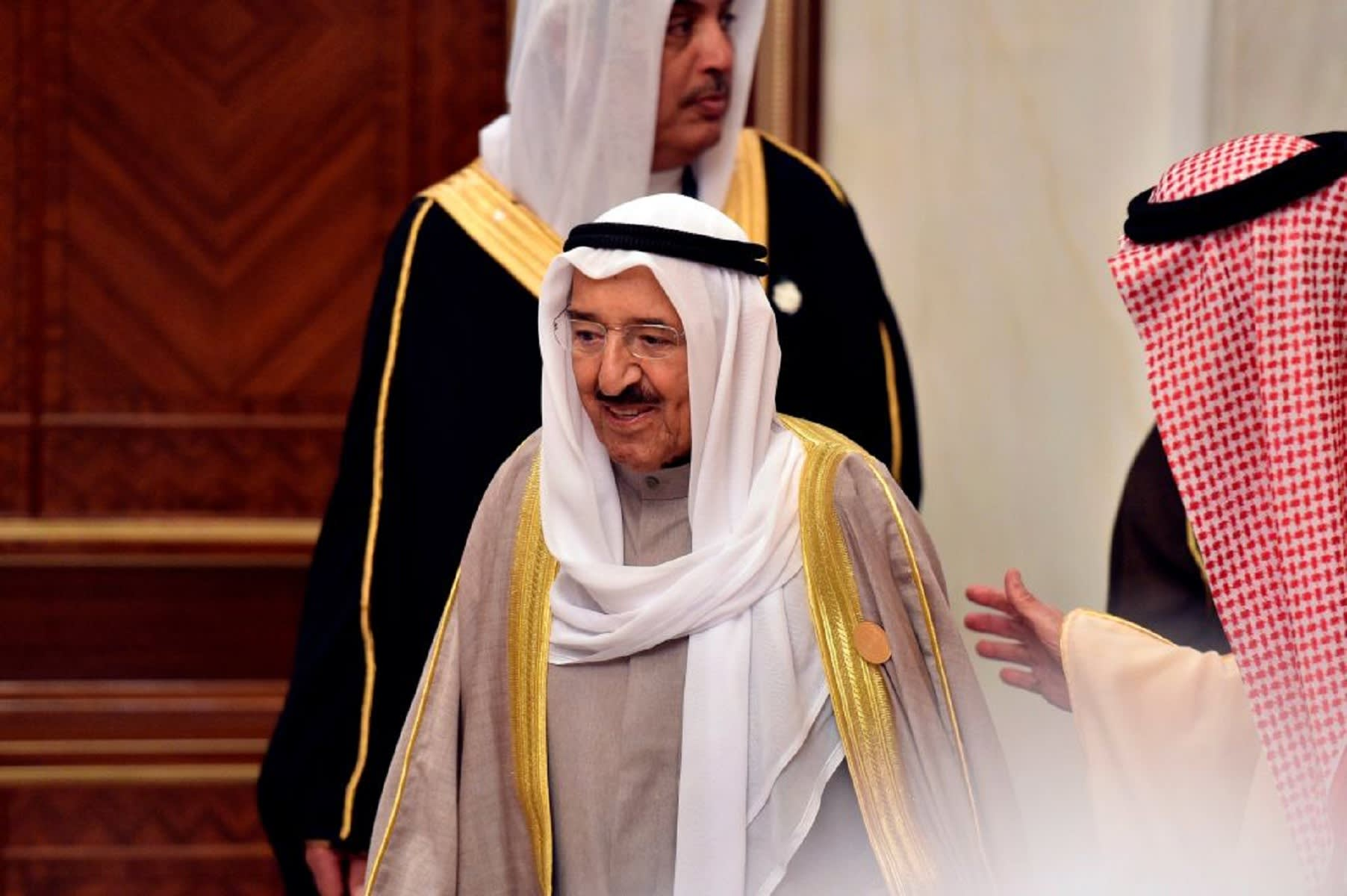 تداول فيديو لأمير الكويت مع علم قطر بالقمة الخليجية في السعودية.. والمريخي يقبل رأسه