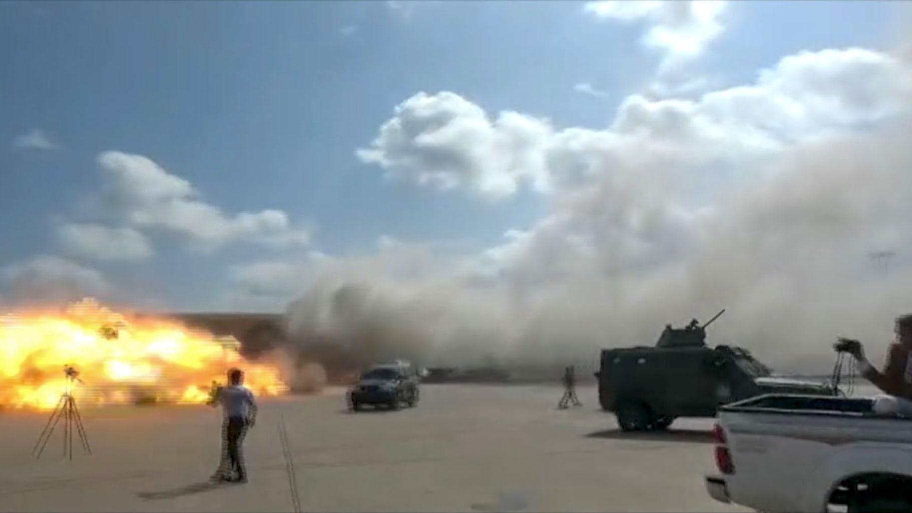 شاهد.. لقطات حية للحظات الهلع الأولى بعد الانفجارات في مطار عدن