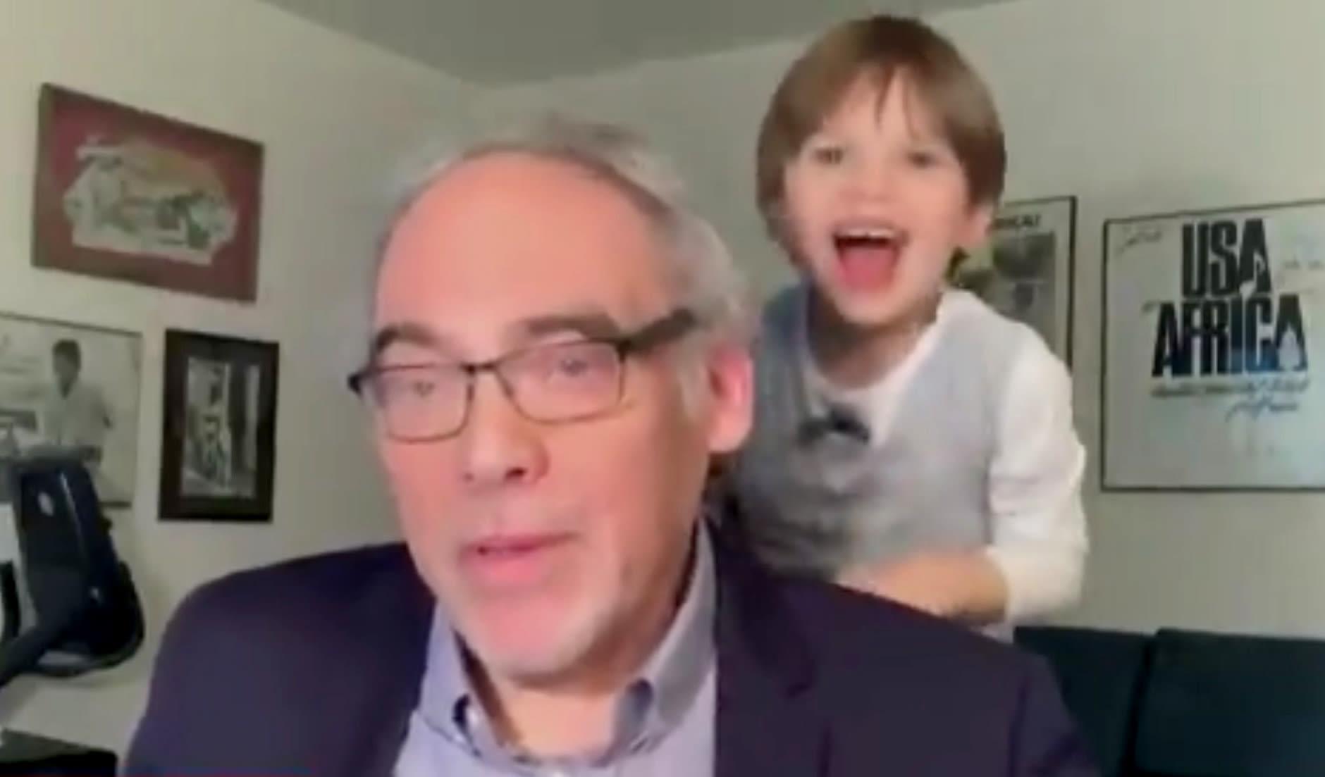 طفل يقاطع جده خلال مقابلة مباشرة على الهواء عبر MSNBC