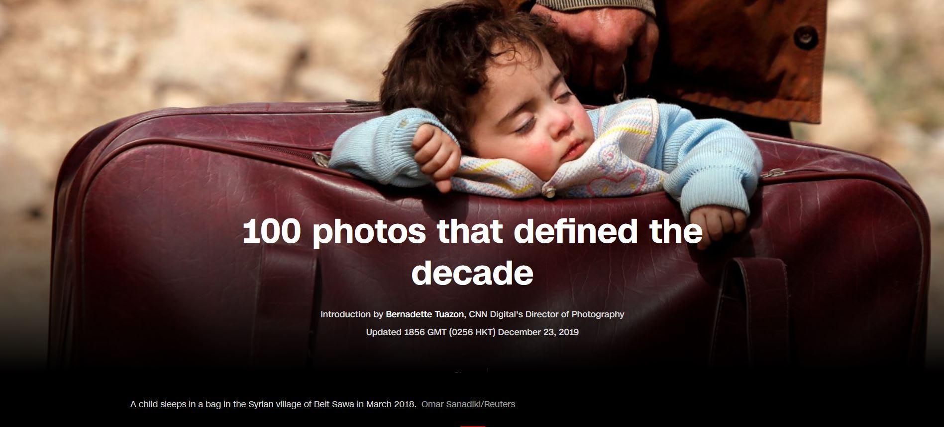 """صورة """"الطفل النائم بالحقيبة"""" التي التقطها عمر لوكالة """"رويترز"""" واختارتها CNN غلافاً لقصة عن 100 صورة تحدد ملامح العقد الأوّل"""