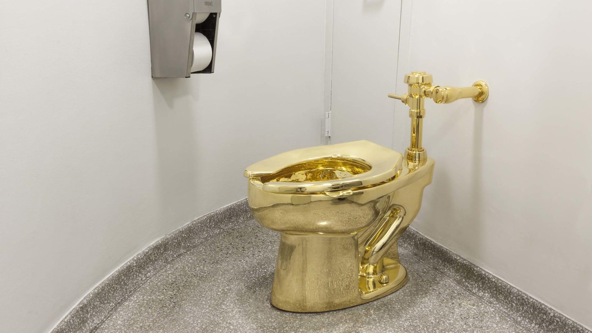 """مرحاض """"أمريكا"""" الذهبي من عيار 18 قيراطاً يحط في قصر بريطاني فخم"""