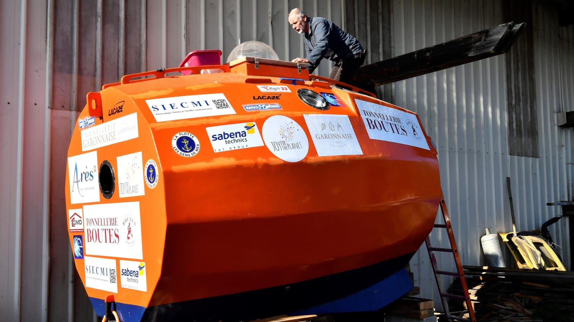 ببرميل برتقالي اللون..فرنسي يبلغ من العمر 71 عاماً يعبر المحيط الأطلسي