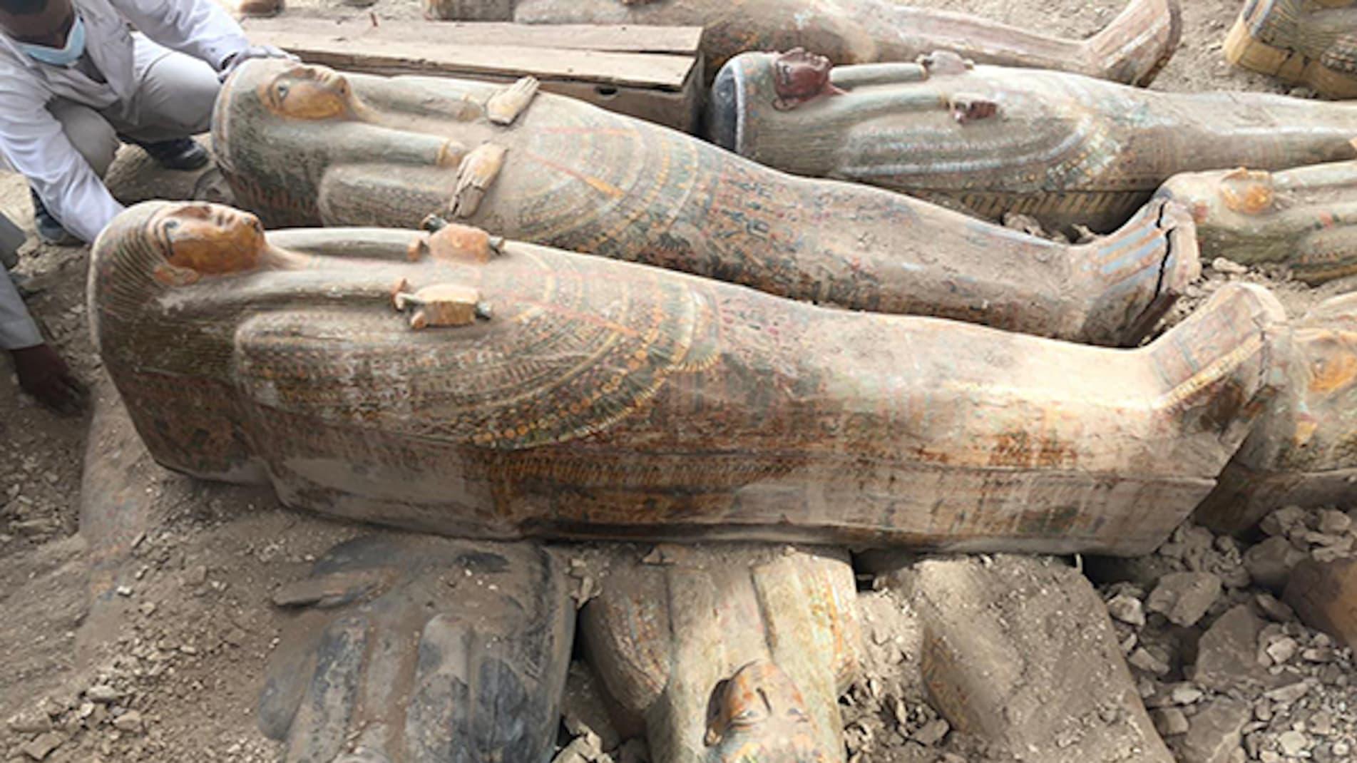 علماء آثار في مصر يكتشفون 20 تابوتاً بنقوش ملونة في مدينة الأقصر