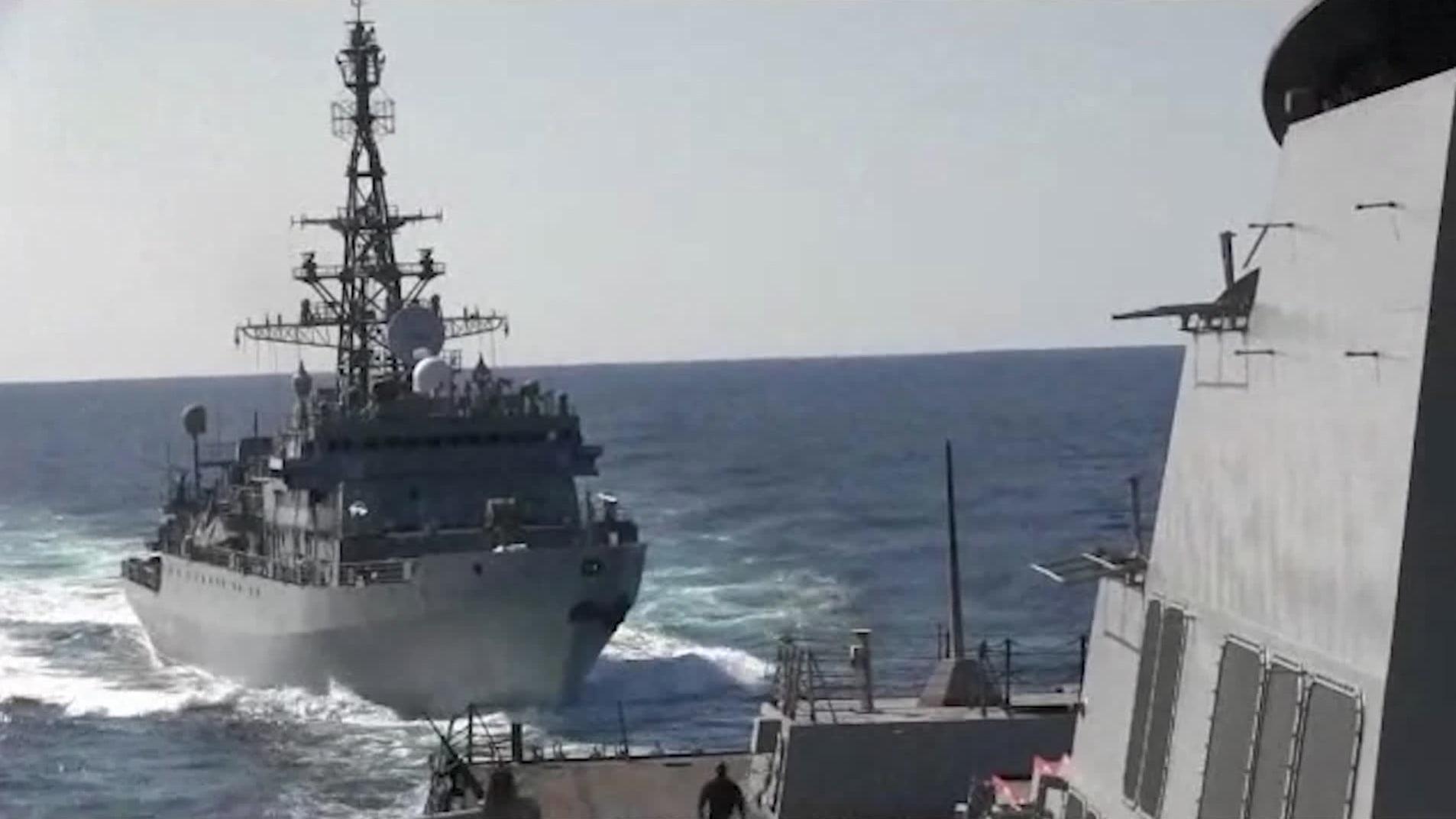 سفينة حربية روسية تتجاهل التحذيرات وتكاد تصدم مدمرة أمريكية