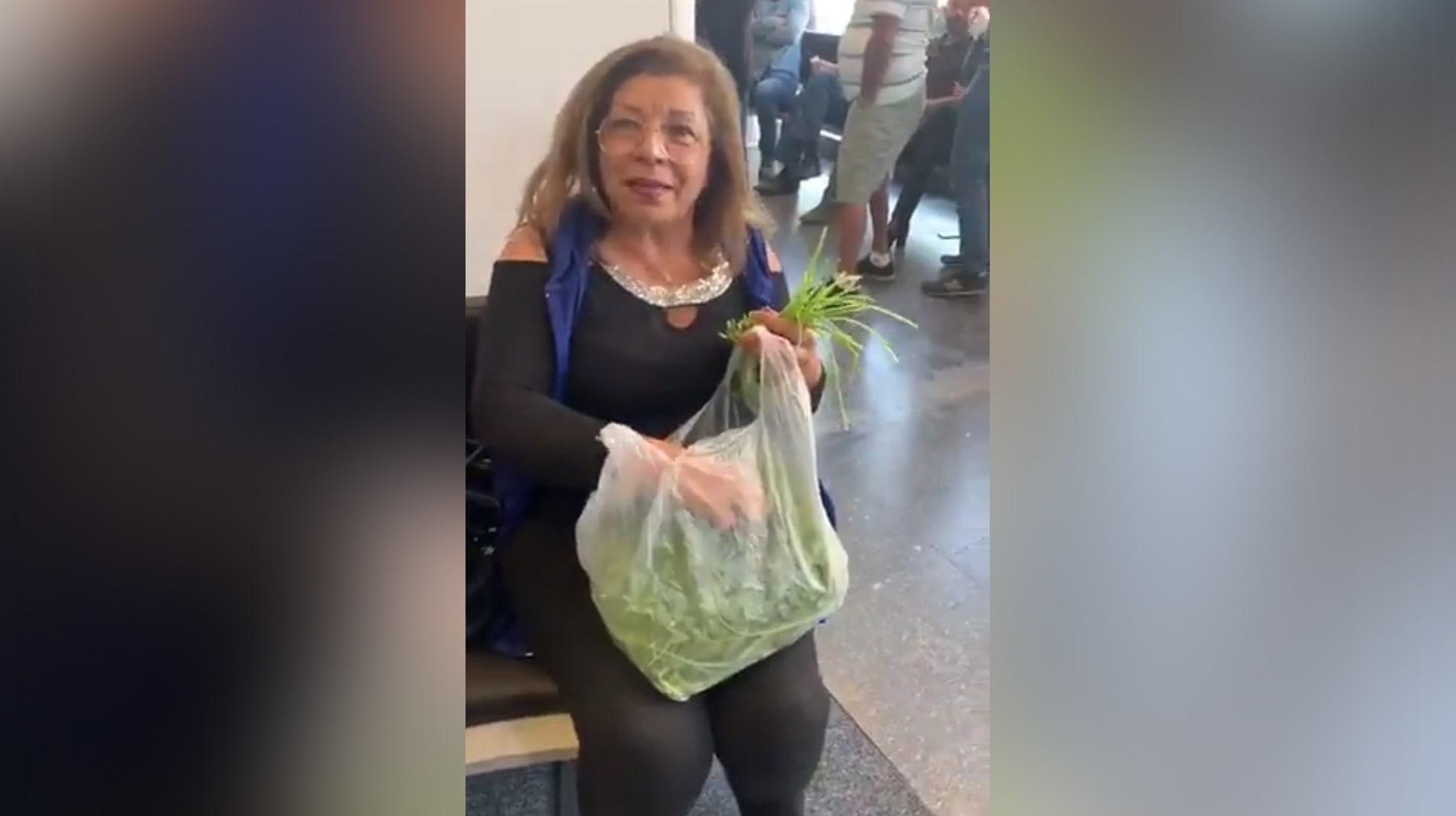 السيدة اللبنانية التي انتشر فيديو لها وهي تحضر طبق التبولة في أحد المصارف