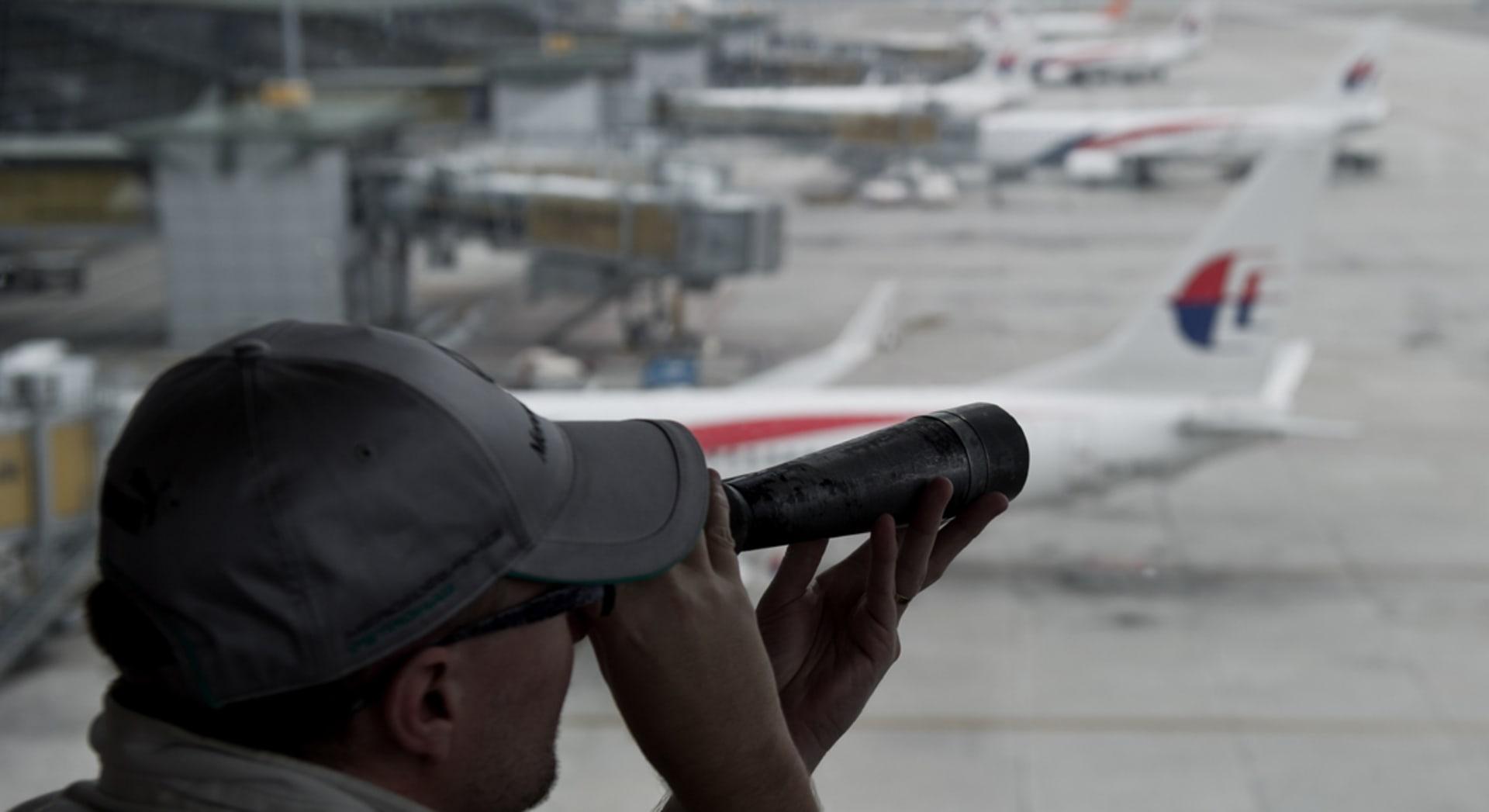صحف العالم: قد لا يُعثر على الطائرة الماليزية  أبدا، وربع مليون جنيه لعذرية بالمزاد