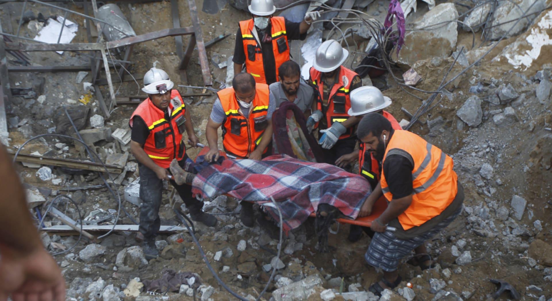 """910 قتيلا فلسطينيا بـ""""الجرف الصامد"""" وأطباء غزة يتعاملون مع الموت ويتهيأون له"""