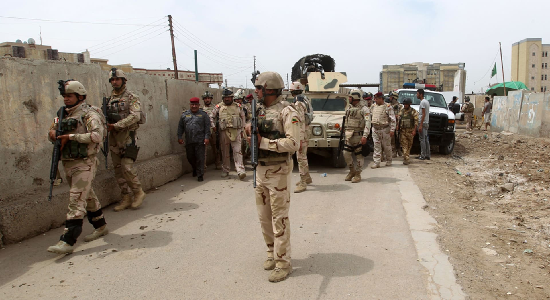 شاهد عيان: مقتل 15 شخصا وجرح 31 بغارة على سوق بمدينة القائم بالعراق
