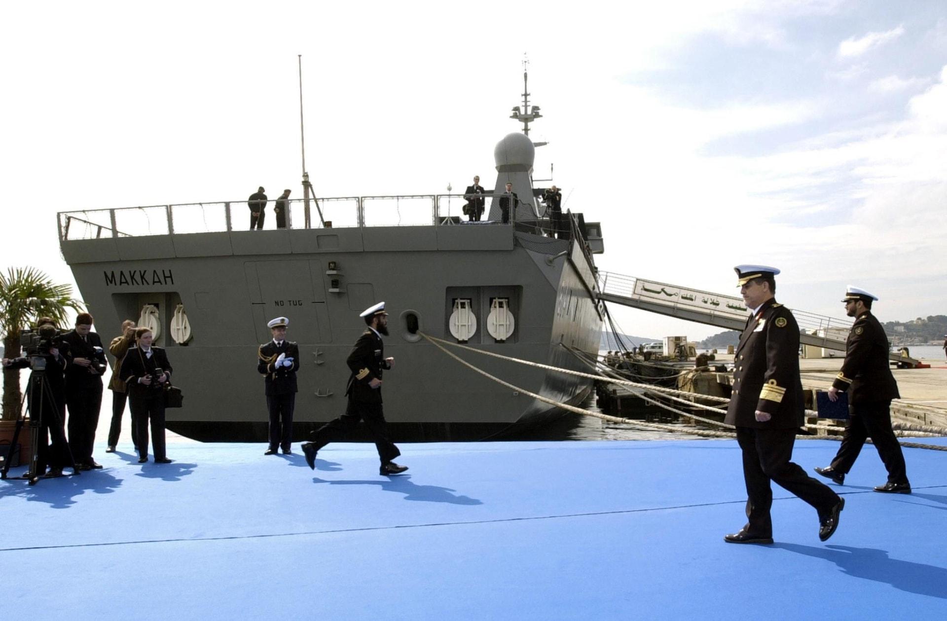 البحرية السعودية بمشاركة الطيران تجلي منسوبي قنصليتها وبعثات عربية وأجنبية من عدن