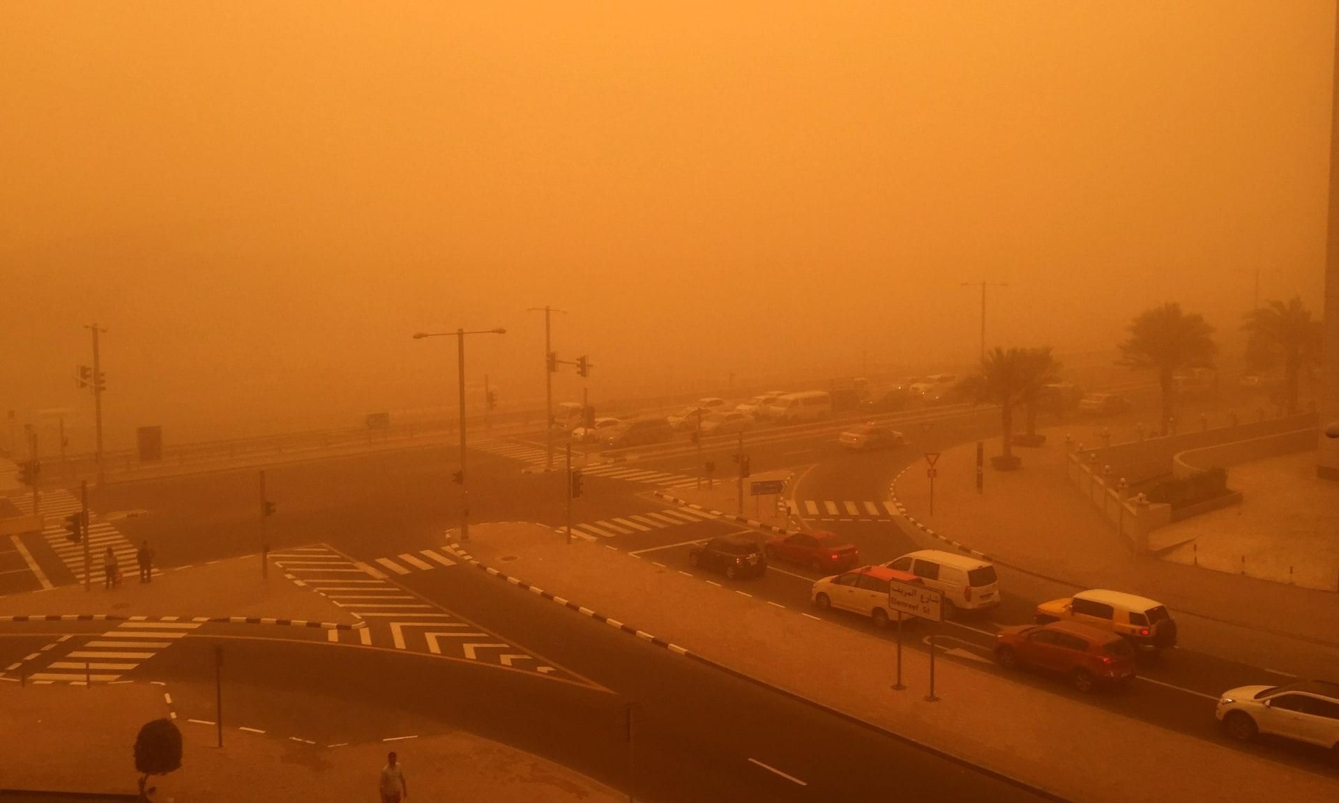 أربكت حركة الطيران وعطلت الدراسة وتهدد الصحة.. عاصفة رملية تغطي سماء الخليج