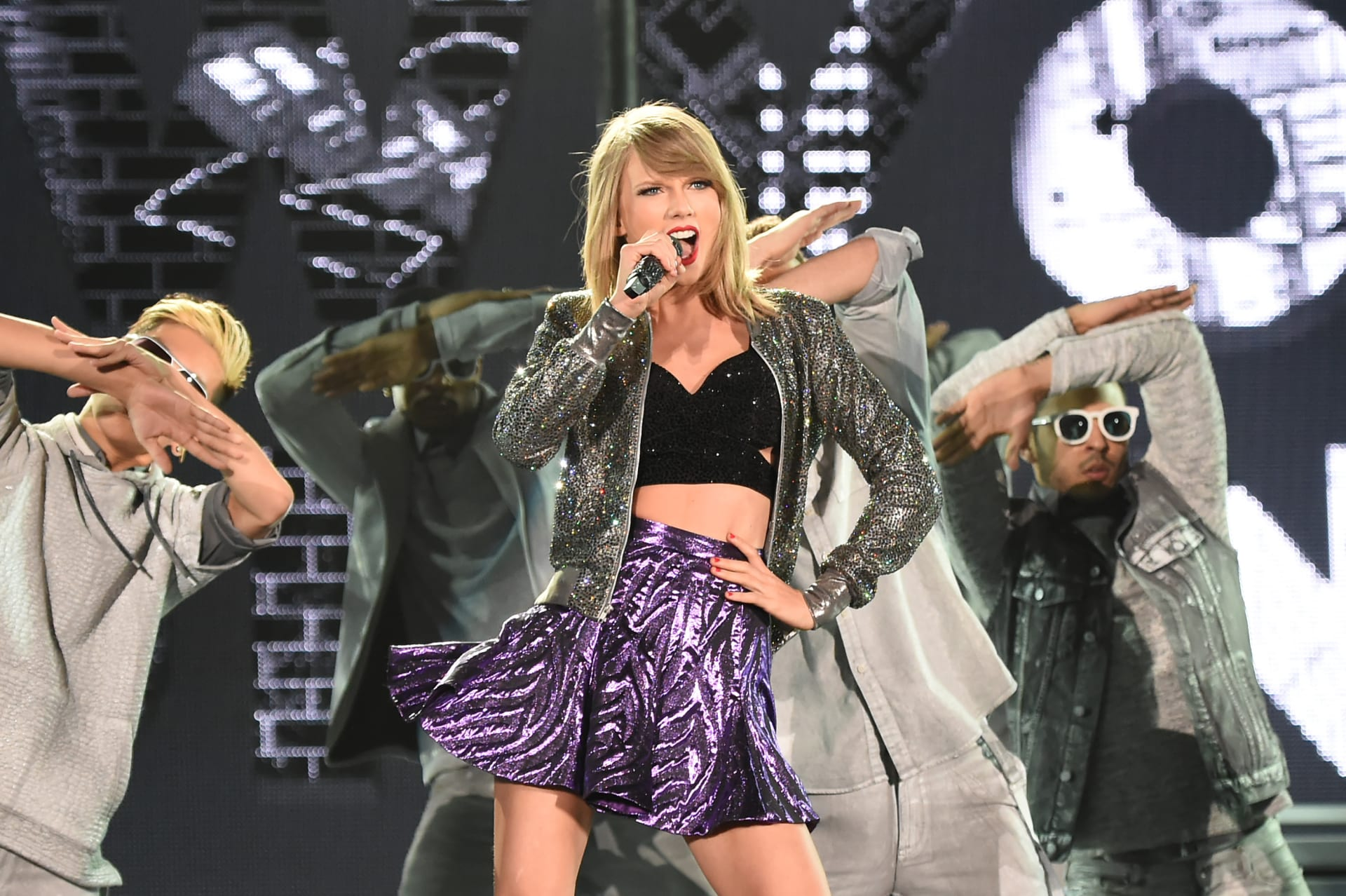 شركة آبل تتراجع عن سياساتها بعد تهديد تايلور سويفت بسحب ألبومها
