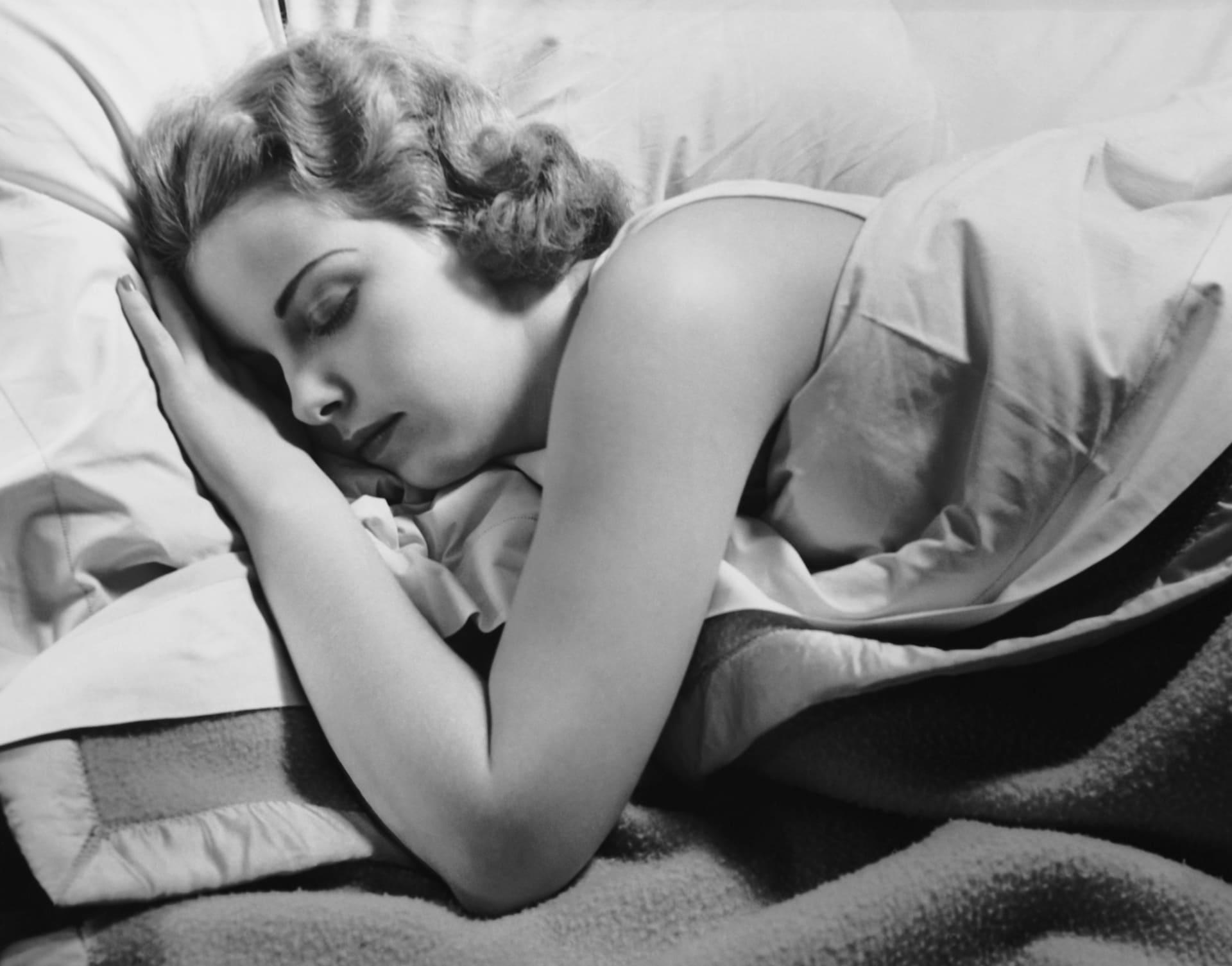 هل تعاني من الأرق أو الاستيقاظ من النوم ليلاً؟ اتبع هذه النصائح البسيطة