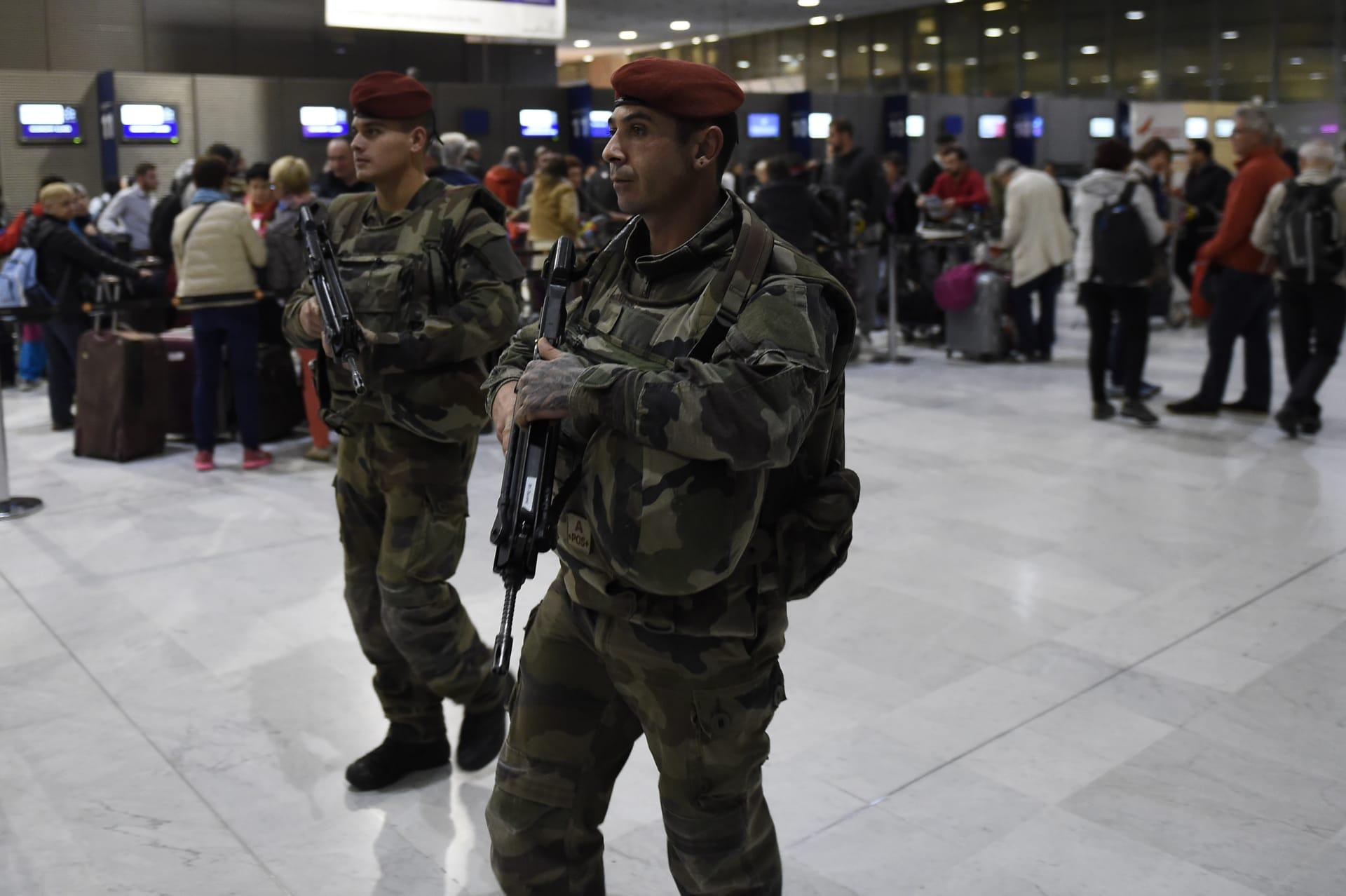 """وثيقة سرية تُظهر """"مواقع غير قانونية للصلاة"""" بمطارات فرنسا.. ومصدر لـCNN: أكثر من 100 عامل بالنقل العام سافروا إلى سوريا منذ 2012"""