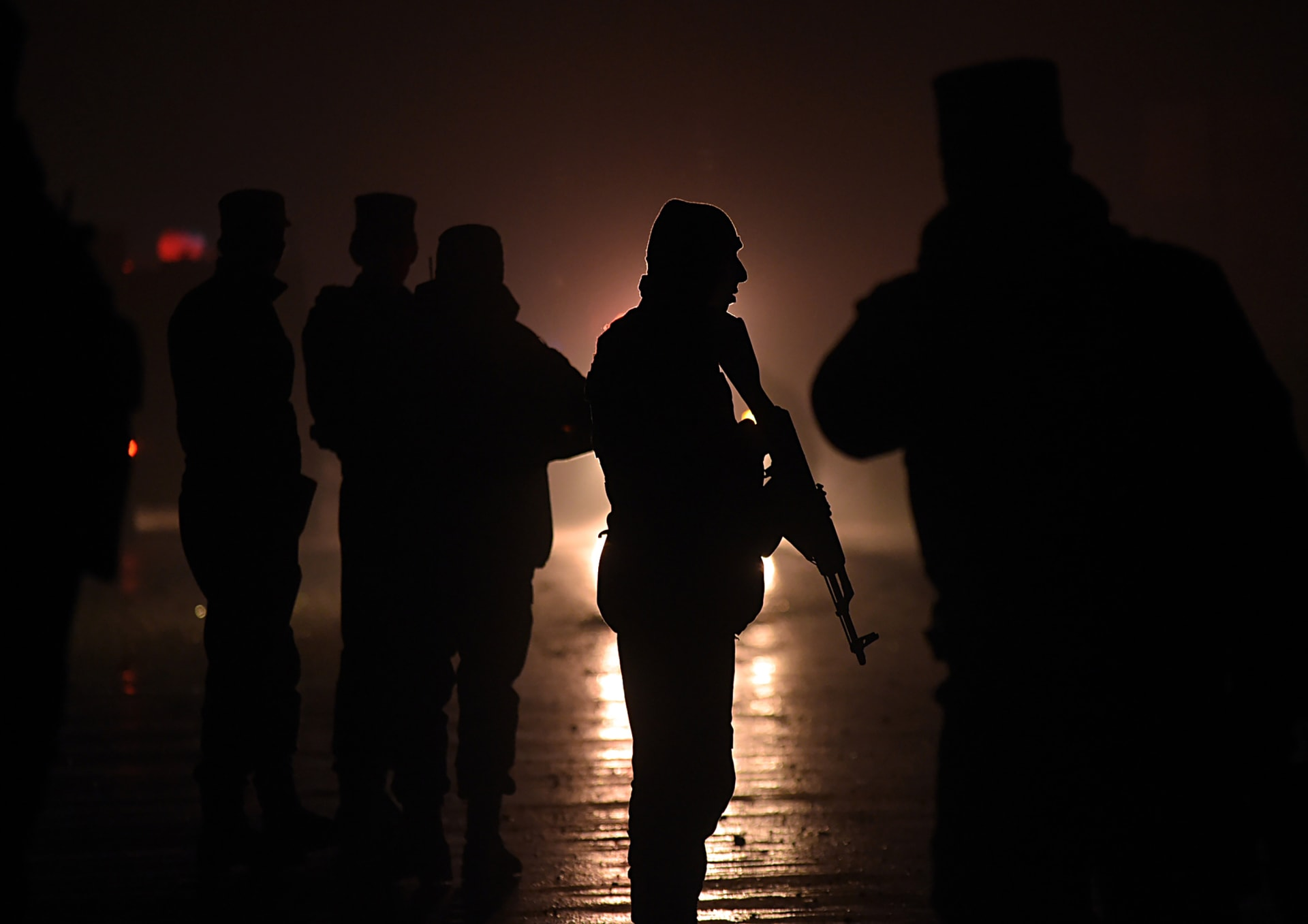 """الحكومة الأفغانية تحقق في قضية شرطي أفغاني """"خائن"""" قتل 10 من زملائه ليمهد الطريق لغارة لـ""""طالبان"""""""