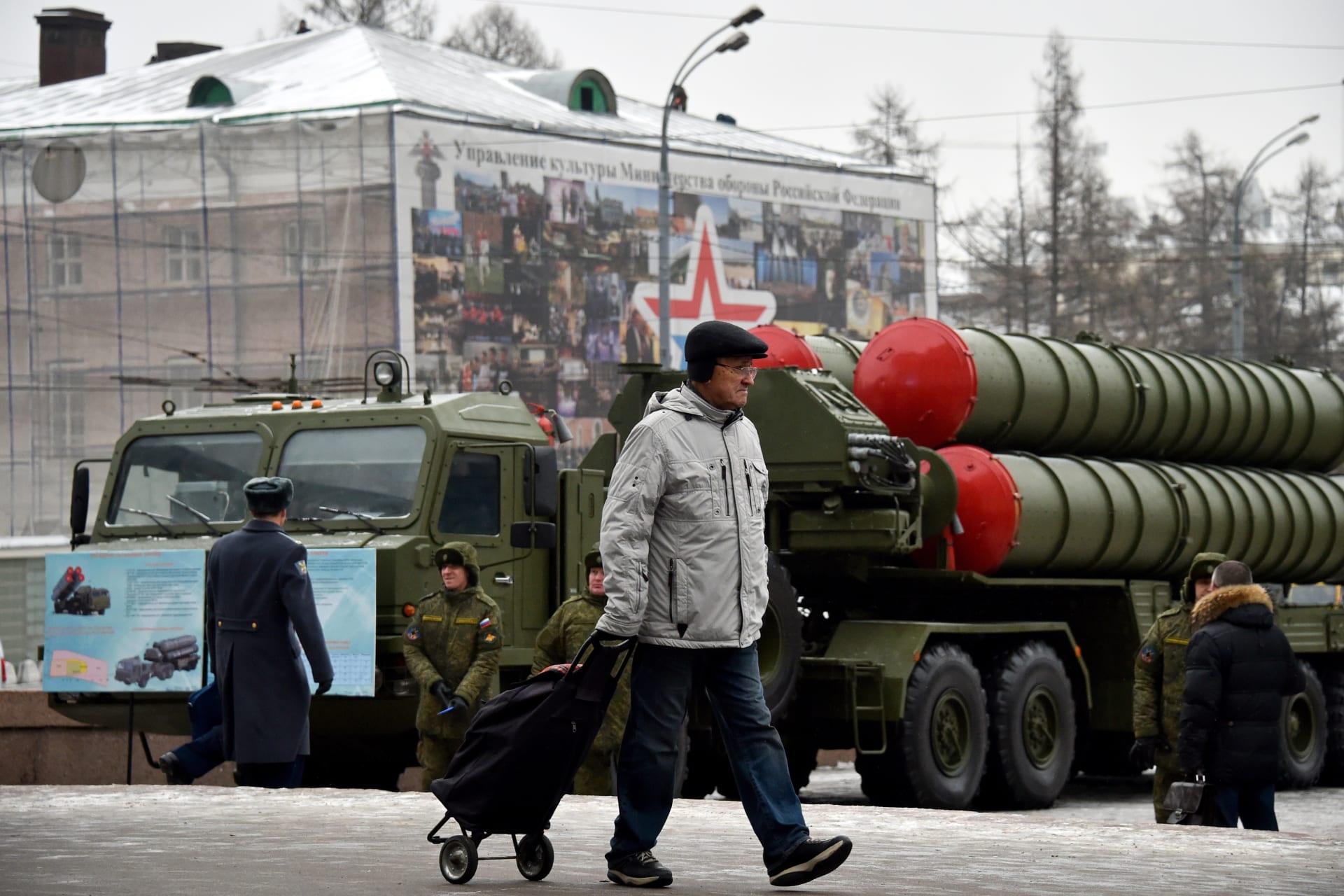 """روسيا تنشر فوجا كاملا من منظومات """"S-400"""" الصاروخية في شوارع موسكو"""