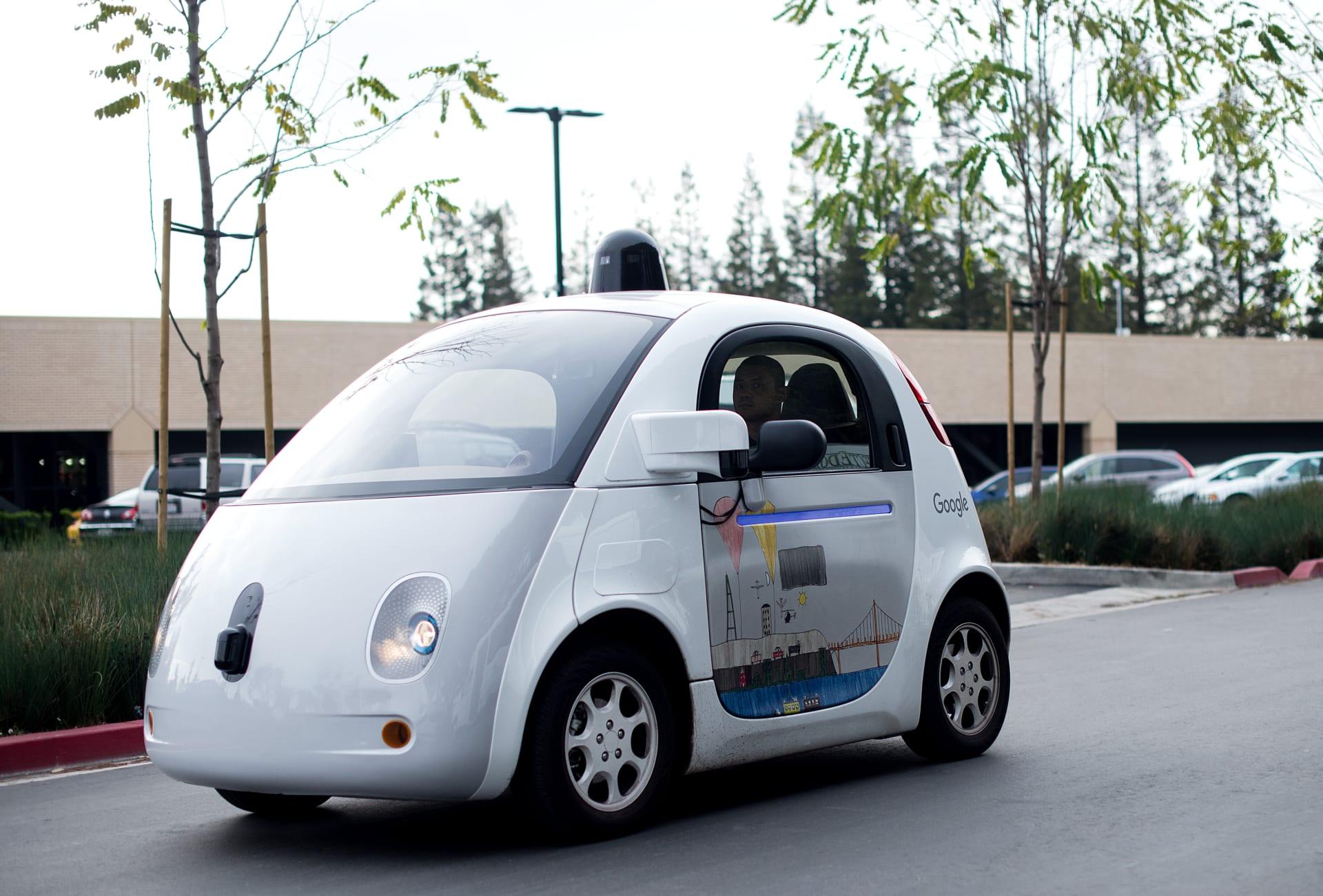"""أمريكا: سيارة غوغل """"ذاتية القيادة"""" تتسبب بحادث مروري مع حافلة"""