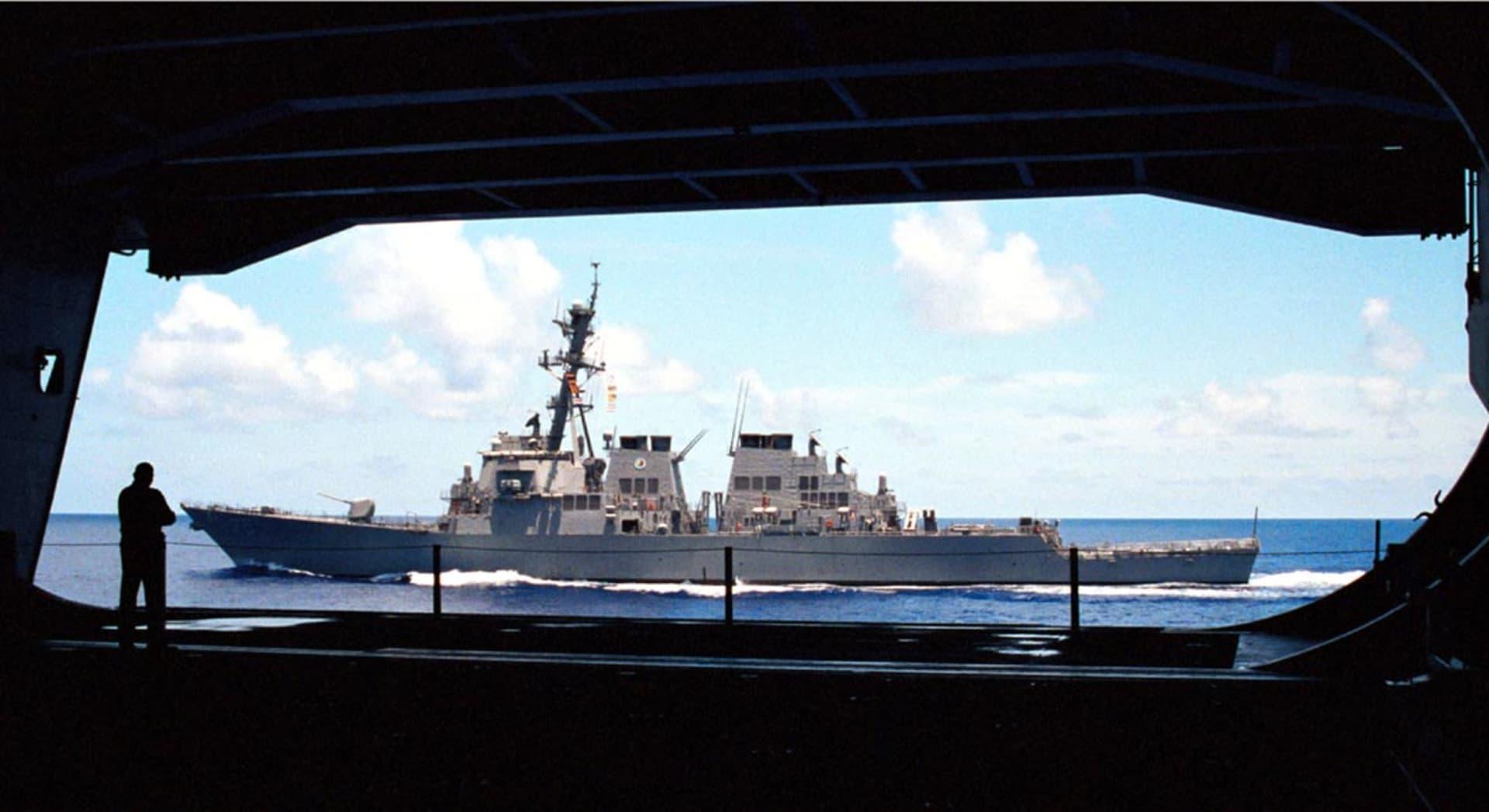"""مقاتلات روسية تحلق فوق مدمرة أمريكية بطريقة """"هجومية"""".. والبيت الأبيض: مخالفة لقواعد الجيوش"""