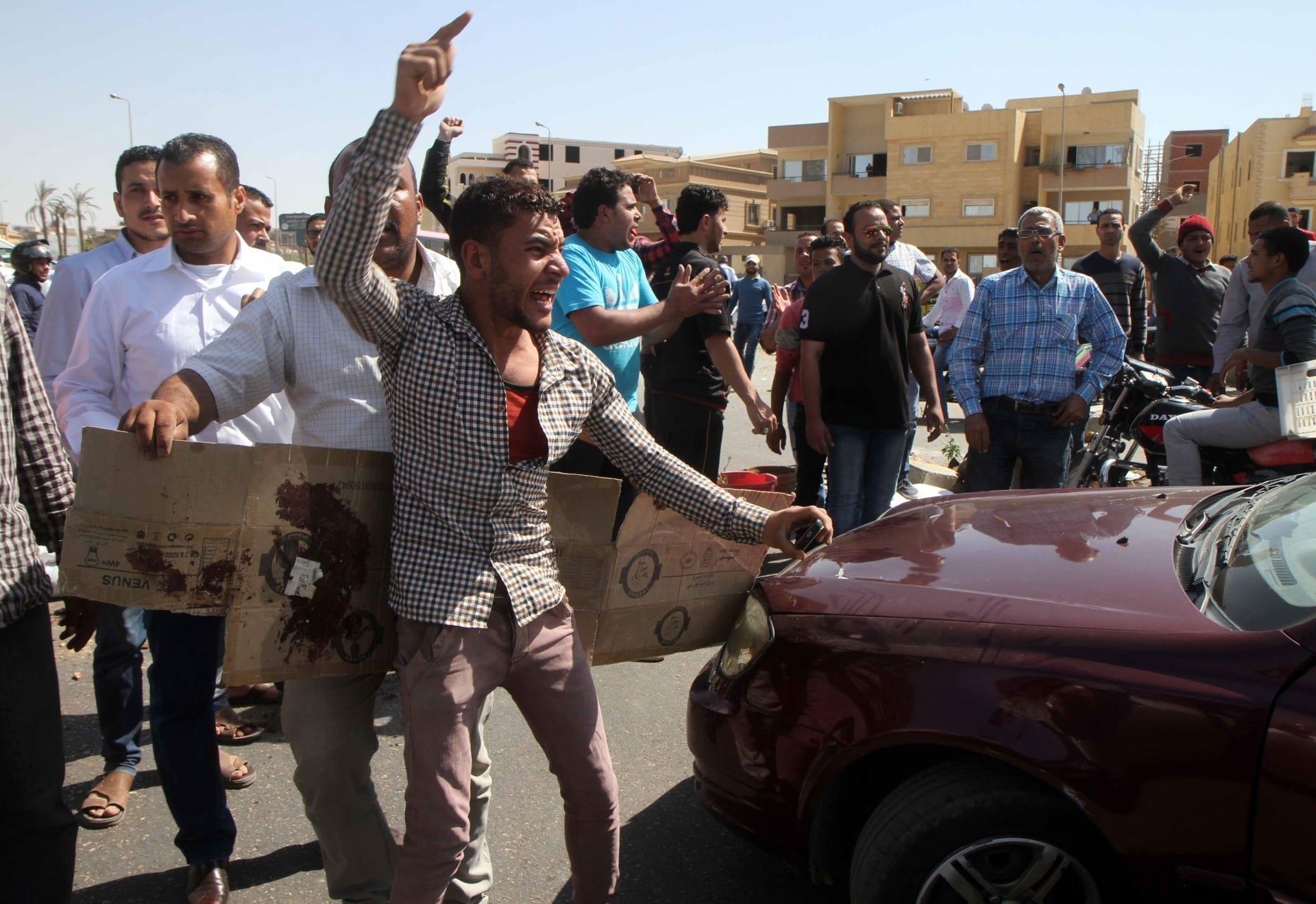 """بالفيديو: قصة مقتل """"بياع شاي"""" مصري على يد شرطي """"علشان جنيه"""" تثير ضجة"""